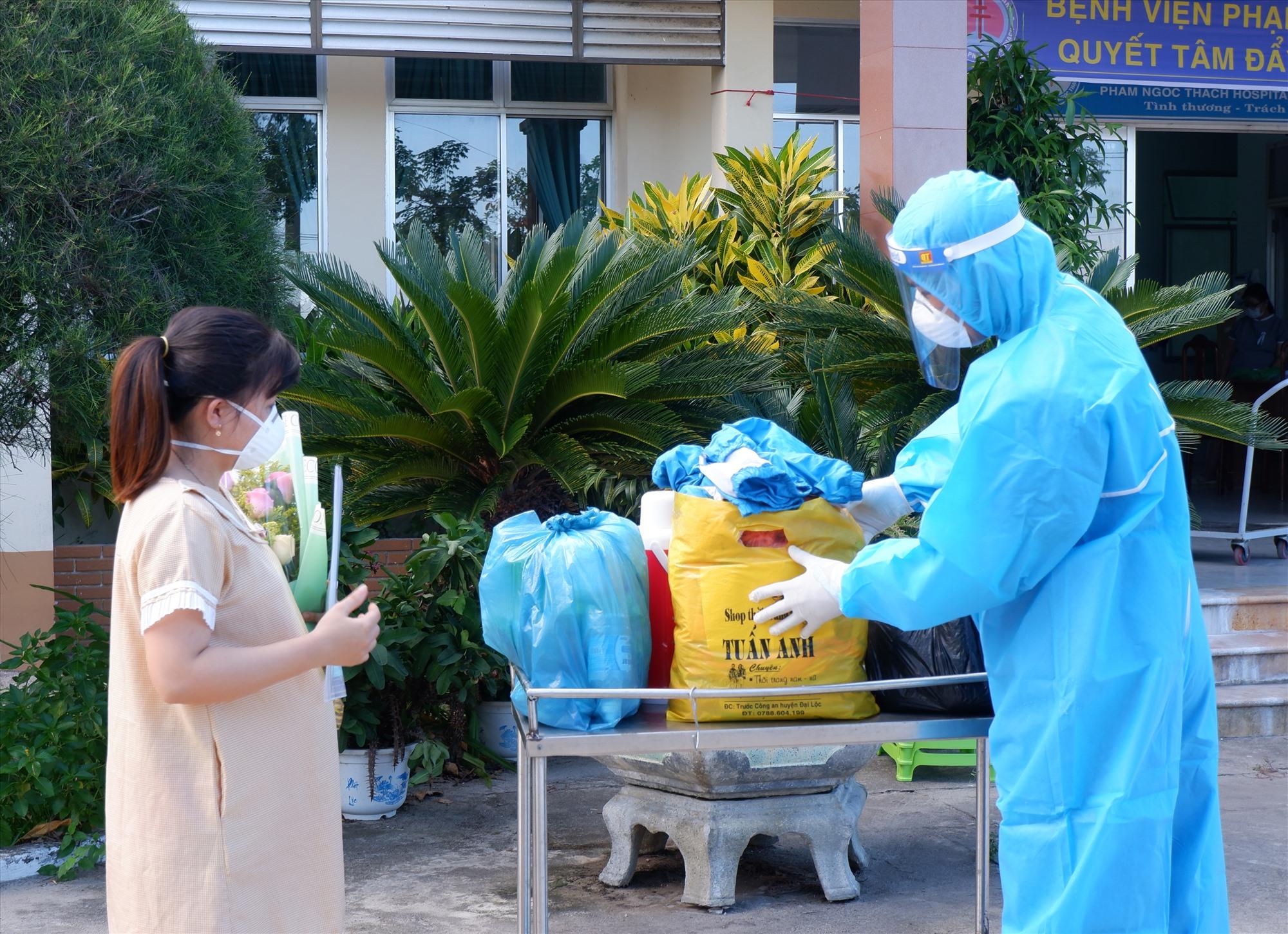 Nhân viên y tế vất vả và chịu nhiều áp lực trong thời điểm dịch bệnh. Ảnh: X.H