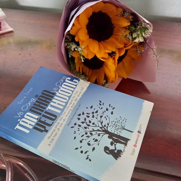 """Bìa tập sách """"Vô cùng tàn nhẫn vô cũng yêu thương""""."""