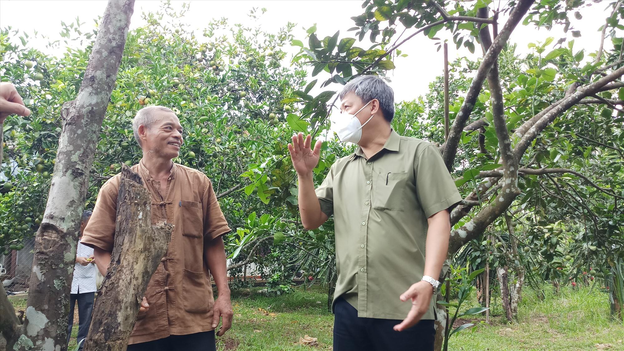 Phó Chủ tịch UBND tỉnh Hồ Quang Bửu chia sẻ câu chuyện phát triển mô hình kinh tế mới và động viên một chủ hộ ở Đông Giang cần trồng thử nghiệm măng cụt. Ảnh: A.N
