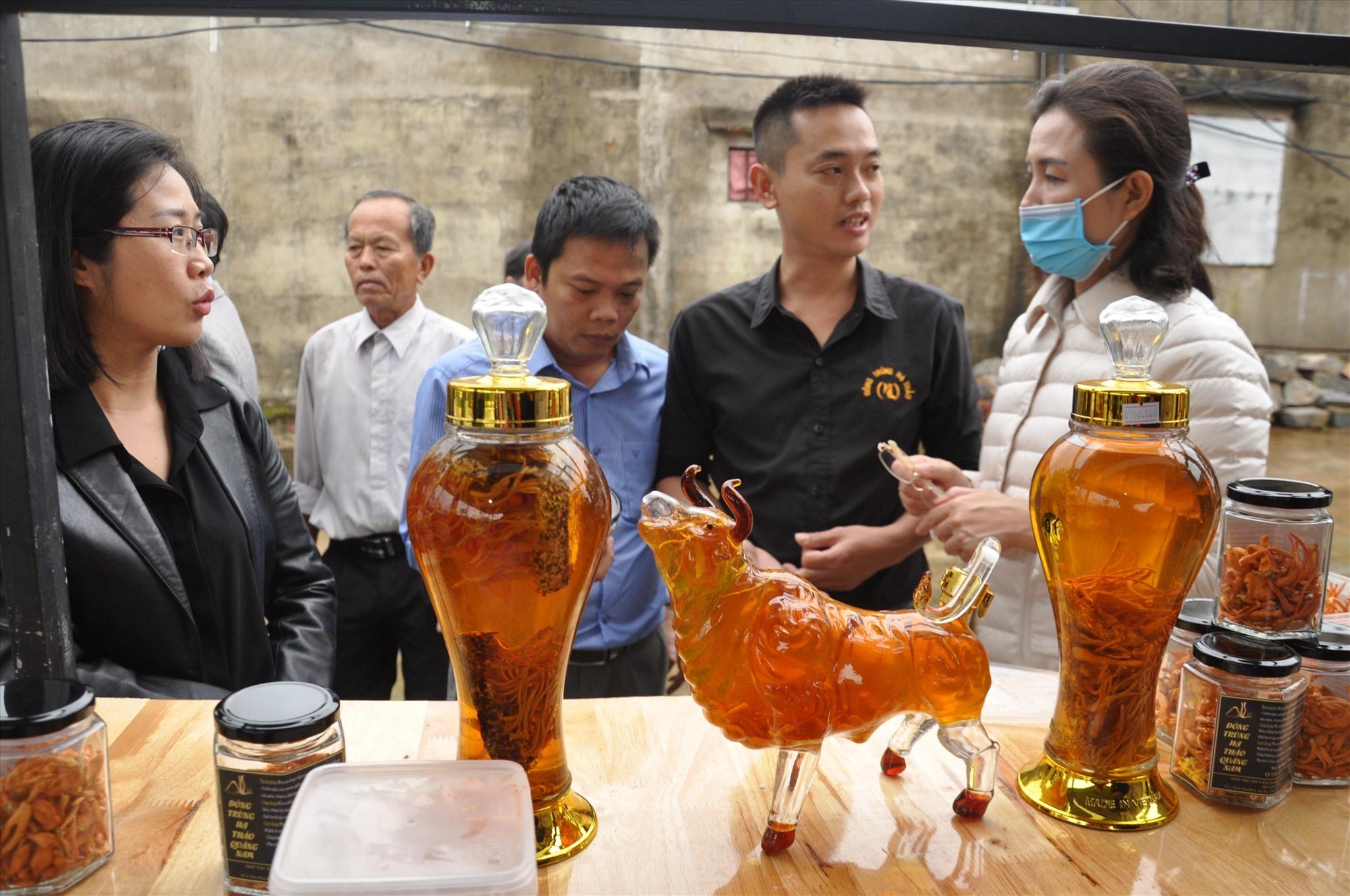 Sản phẩm nấm đông trùng hạ thảo của hợp tác xã Tam Phú thu hút nhiều người quan tâm. Ảnh: X.P