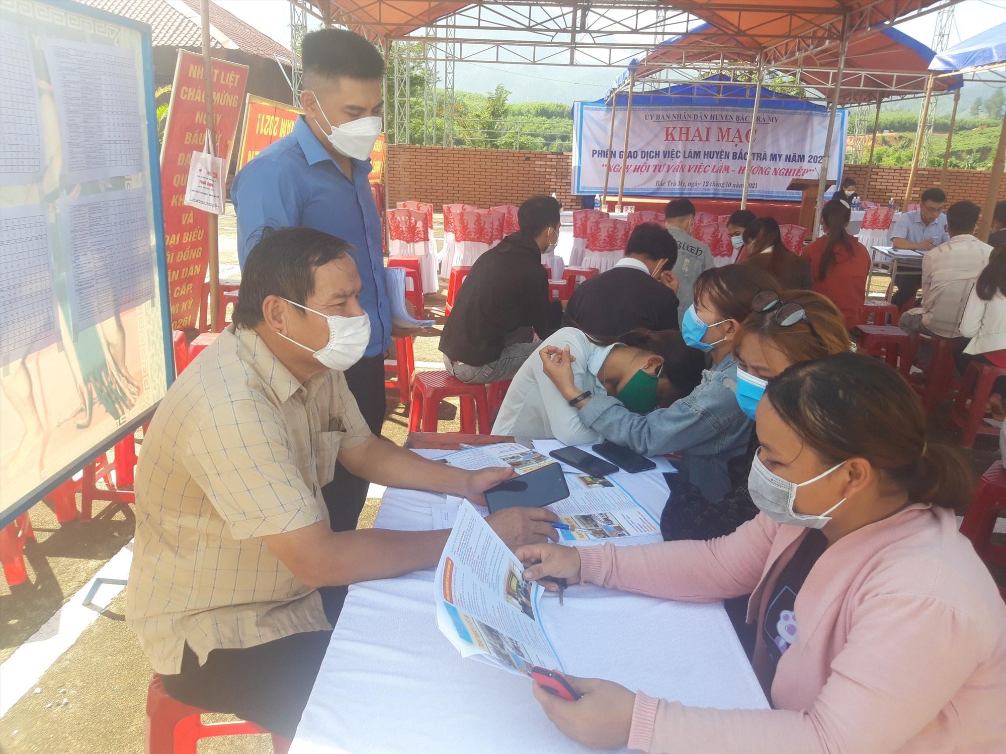 Tư vấn, giới thiệu việc làm cho lao động tại huyện Bắc Trà My, trong đó có lao động về từ vùng dịch. Ảnh: D.L