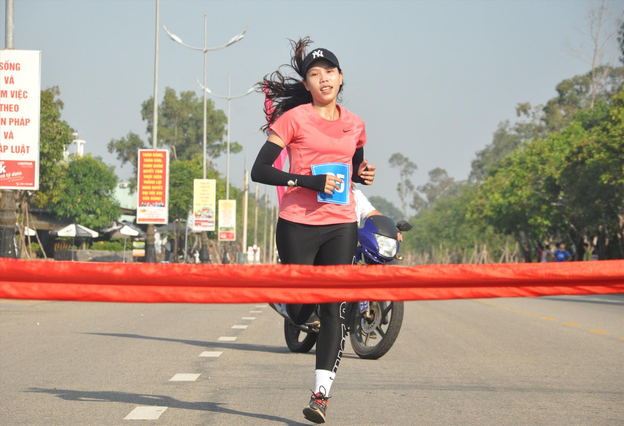 Trương Thị Nhớ về nhất nội dung đơn nữ 3.000m. Ảnh: T.V