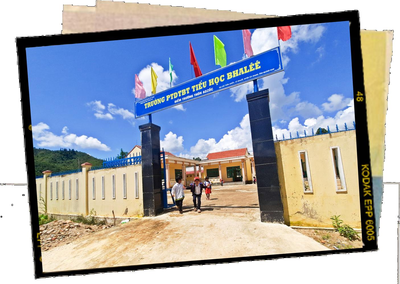 Đường đến trường của những đứa trẻ Tây Giang gần hơn khi đường, trường, trạm y tế được quy hoạch gần các khu dân cư. Ảnh: Đ.Q.Q