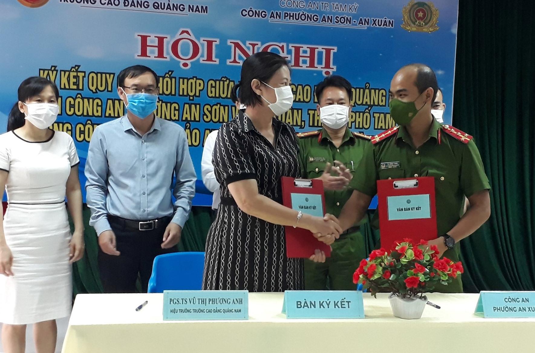 Công an phường An Sơn và An Xuân ký kết quy chế phối hợp đảm bảo an ninh trật tự với Trường Cao đẳng Quảng Nam. Ảnh: A.S