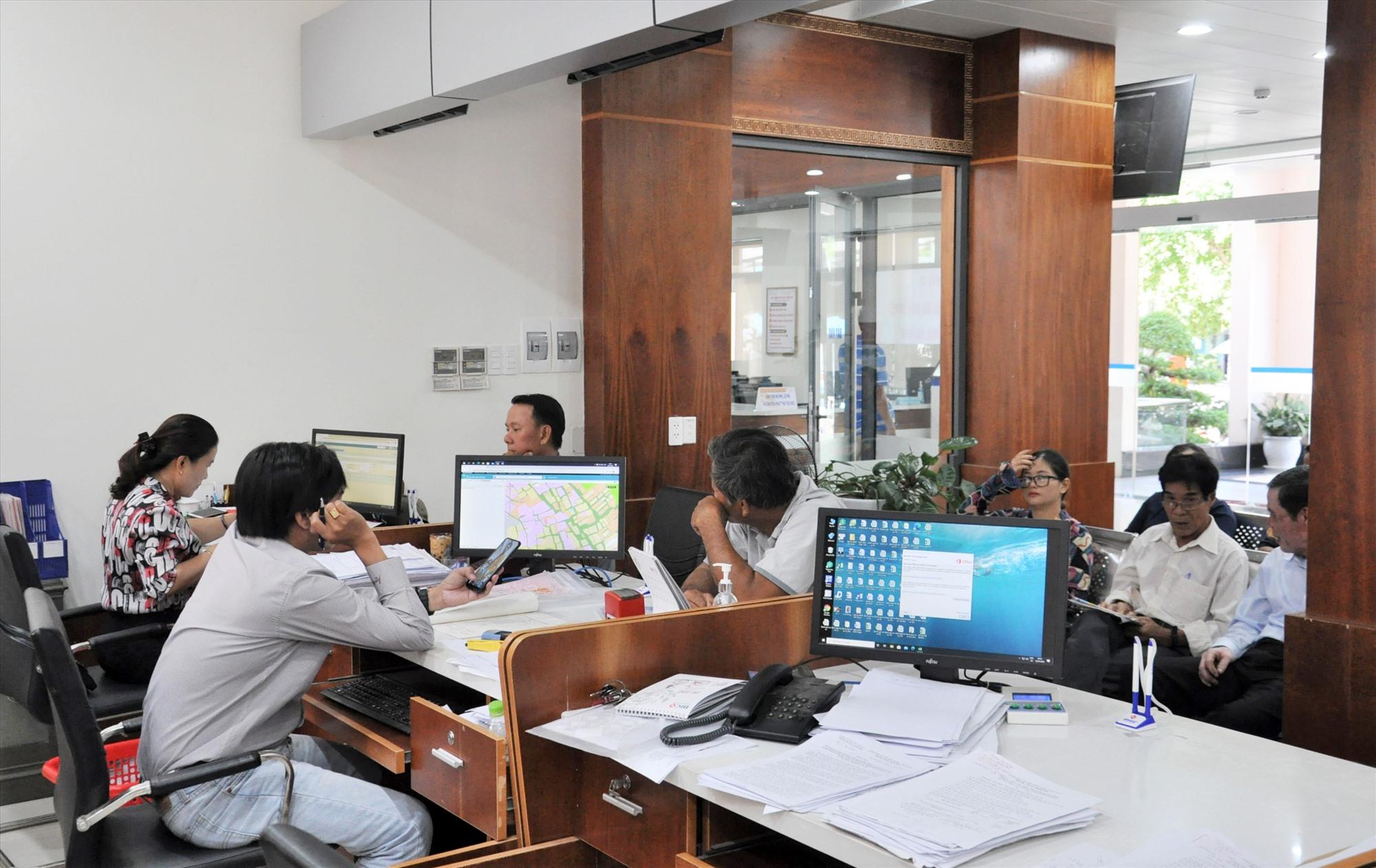Thực hiện các thủ tục hành chính tại Trung tâm Hành chính công thành phố. Ảnh: X.P