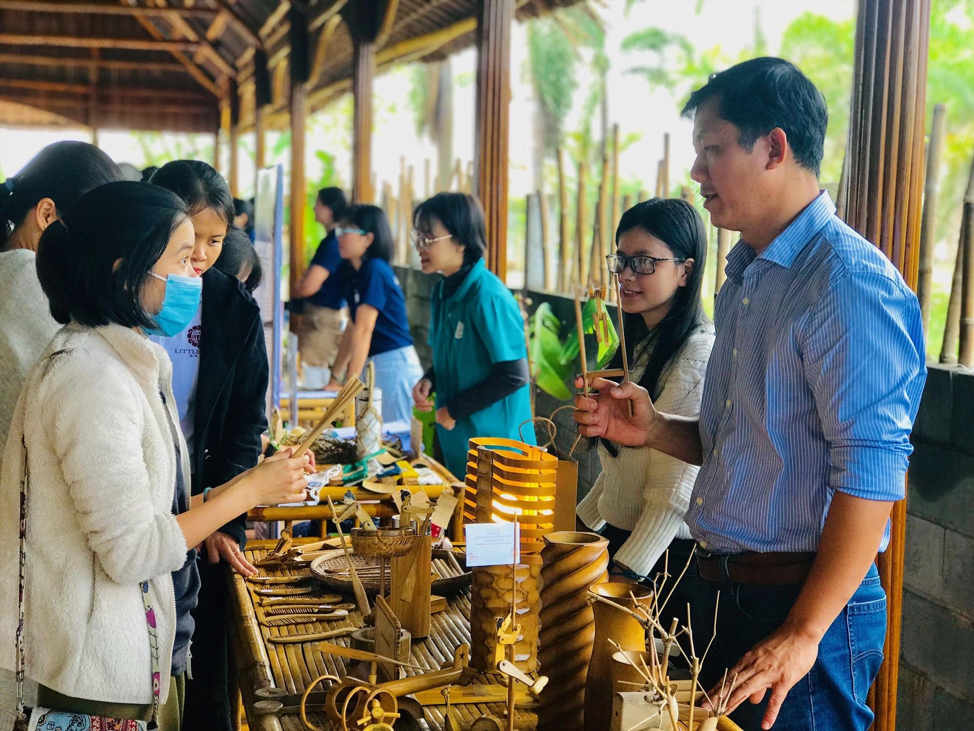 """Ngày càng có nhiều đơn vị du lịch ở Hội An quan tâm đến việc sáng tạo các sản phẩm """"xanh"""". Ảnh: Q.T"""