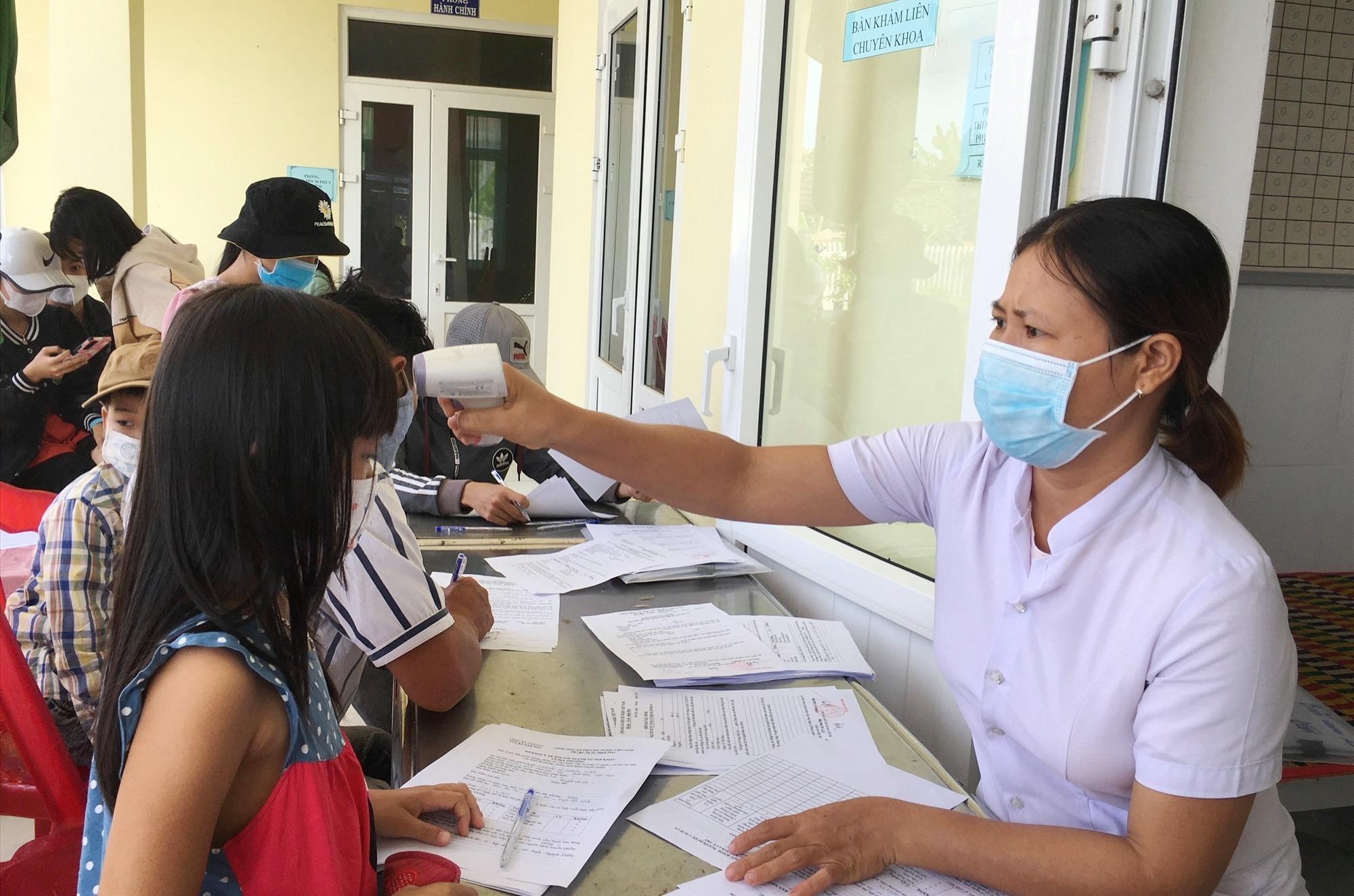 Các học sinh Trường Tiểu học Thái Phiên thực hiện khai báo y tế. Ảnh: C.Đ