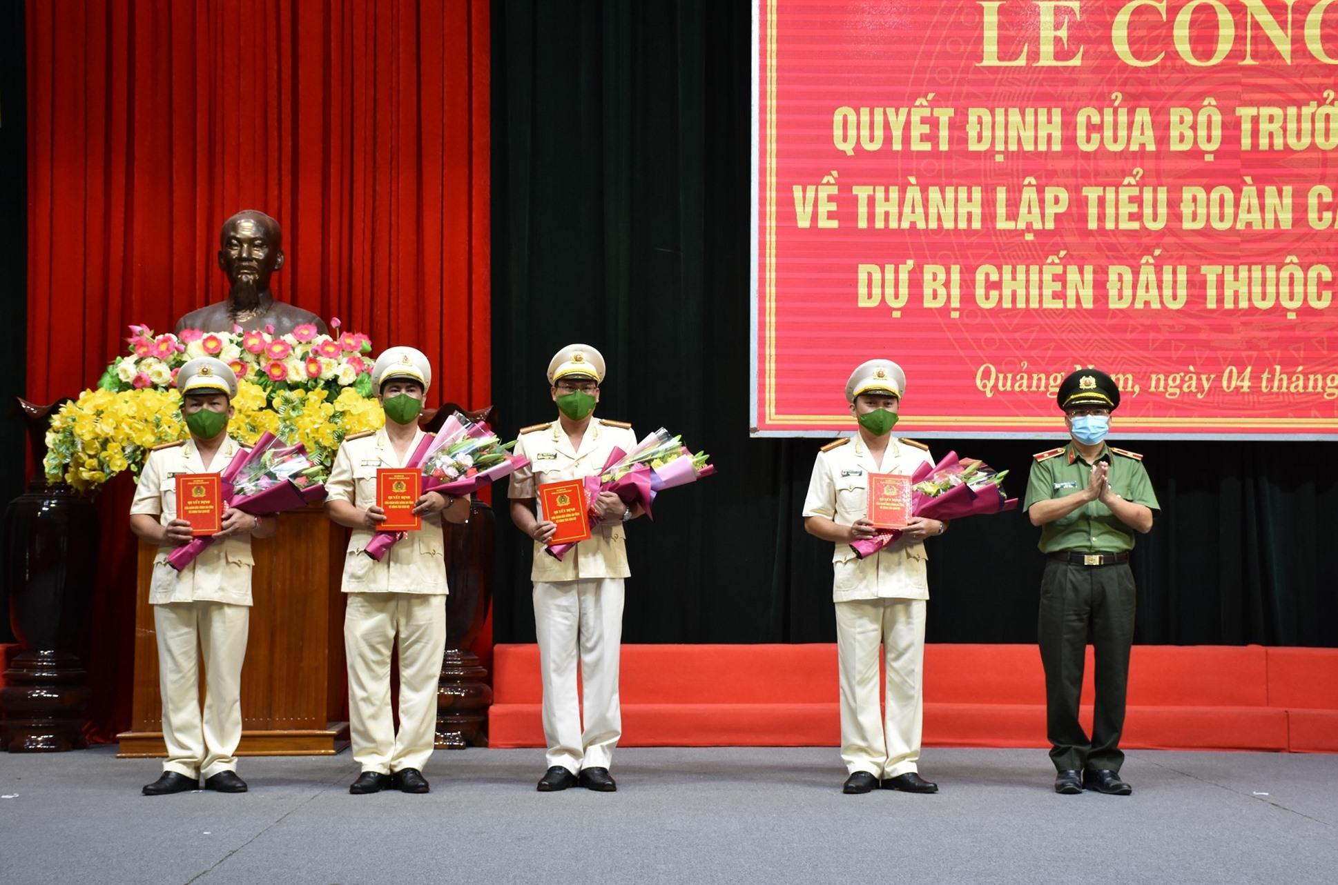 Thiếu tướng Nguyễn Đức Dũng - Giám đốc Công an tỉnh trao quyết định cho các đồng chí chỉ huy của Tiểu đoàn CSCĐ dự bị chiến đấu thuộc Công an tỉnh. Ảnh: M.T