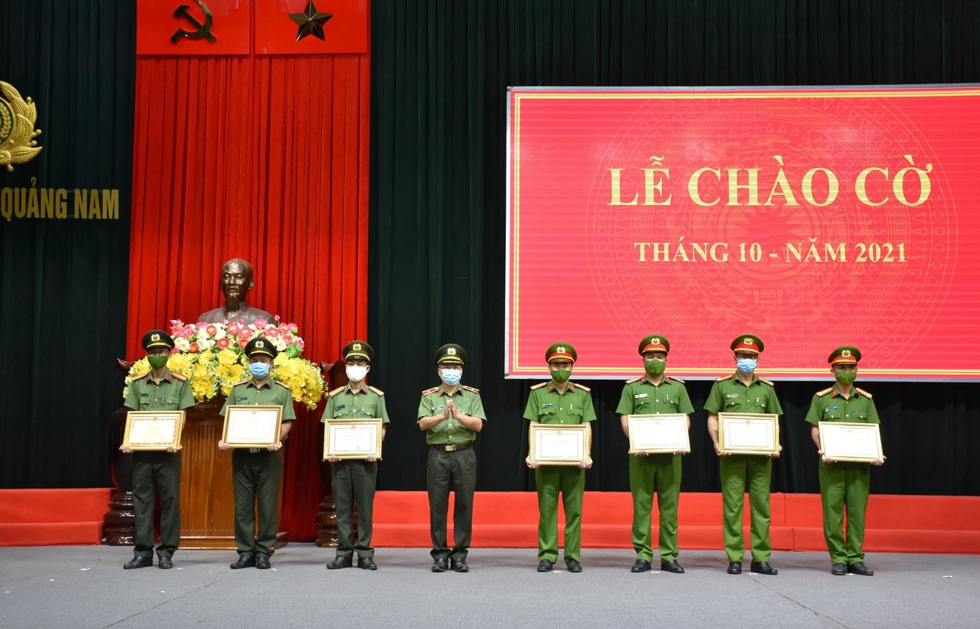 Thiếu tướng Nguyễn Đức Dũng - Giám đốc Công an tỉnh trao bằng khen các tập thể, cá nhân có thành tích xuất sắc trong công tác. Ảnh: M.T