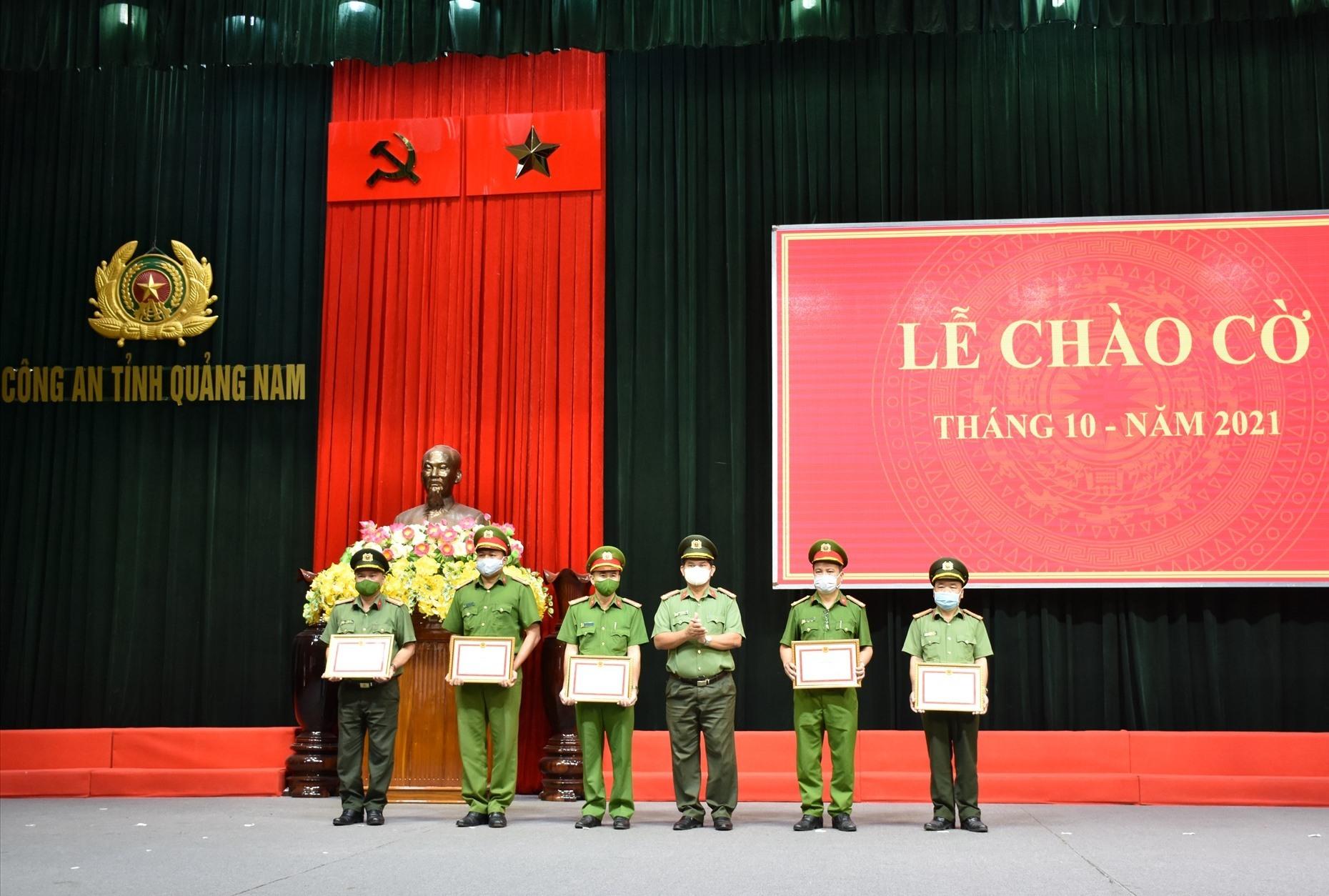 Đại tá Huỳnh Sông Thu, Phó Giám đốc Công an tỉnh và trao giấy khen cho các tập thể, cá nhân có thành tích xuất sắc trong đợt thi đua kỷ niệm 60 năm Ngày truyền thống lực lượng Cảnh sát PCCC và CNCH. Ảnh: M.T