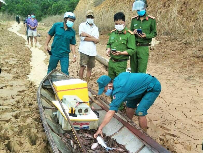 Tang vật của các đối tượng vi phạm trong vụ dùng bình điện chích trộm cá lòng hồ thủy điện A Vương được cơ quan chức năng phát hiện, thu giữ. Ảnh: CACC