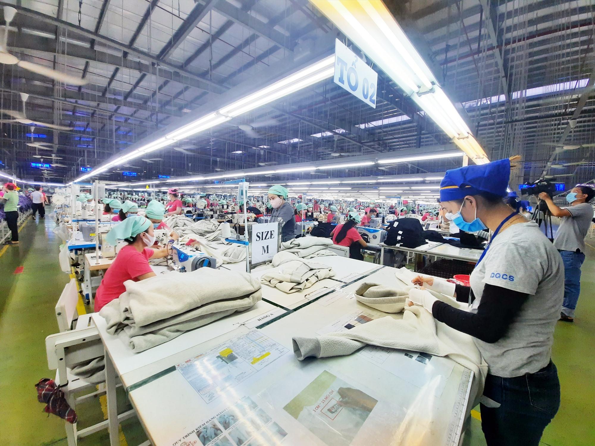 Tại Công ty TNHH MTV Panko Tam Thăng, hơn 7.000 người lao động sẽ được nhận hỗ trợ từ Quỹ Bảo hiểm thất nghiệp. Ảnh: D.L