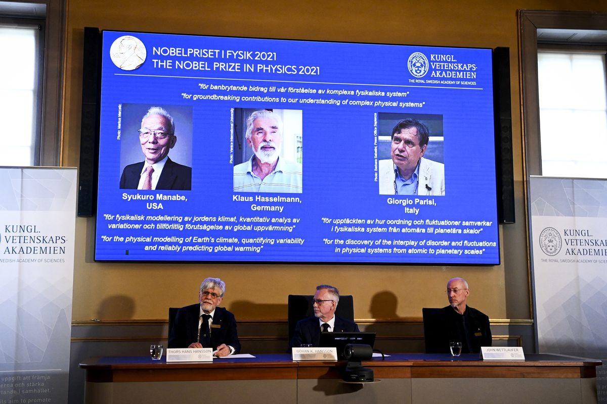 3 nhà nghiên cứu được vinh danh giải Nobel Vật lý 2021 xuất hiện trên màn hình. Ảnh: Gettyimages