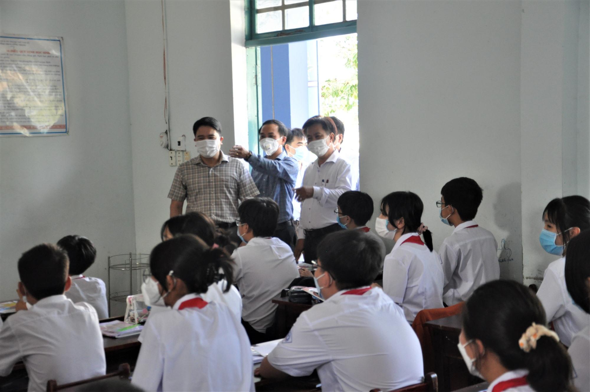Phó Chủ tịch UBND tỉnh Trần Văn Tân cùng lãnh đạo TP.Tam Kỳ kiểm tra công tác dạy và học, phòng chống dịch Covid-19 tại trường học. Ảnh: X.P