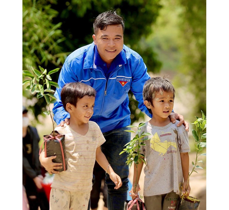 Anh Phan Văn Đức trong lần tham gia từ thiện. Ảnh: CTV