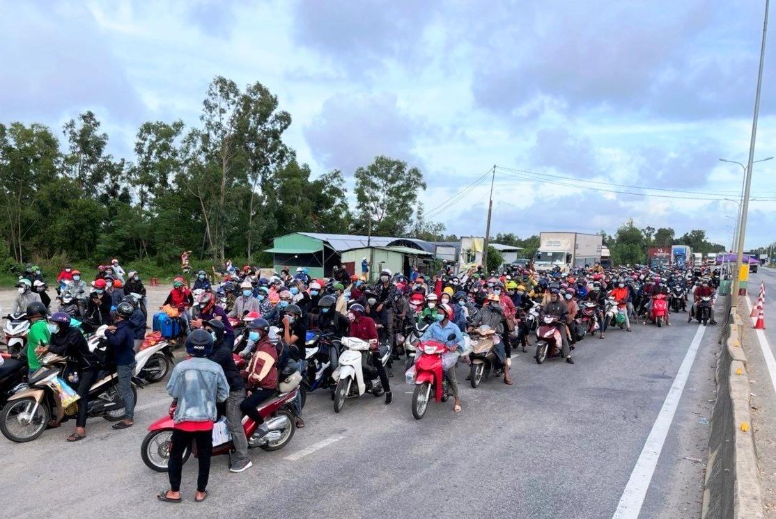 Hàng trăm người dân hồi hương được dẫn đoàn qua khỏi địa bàn Quảng Nam. Ảnh: T.N