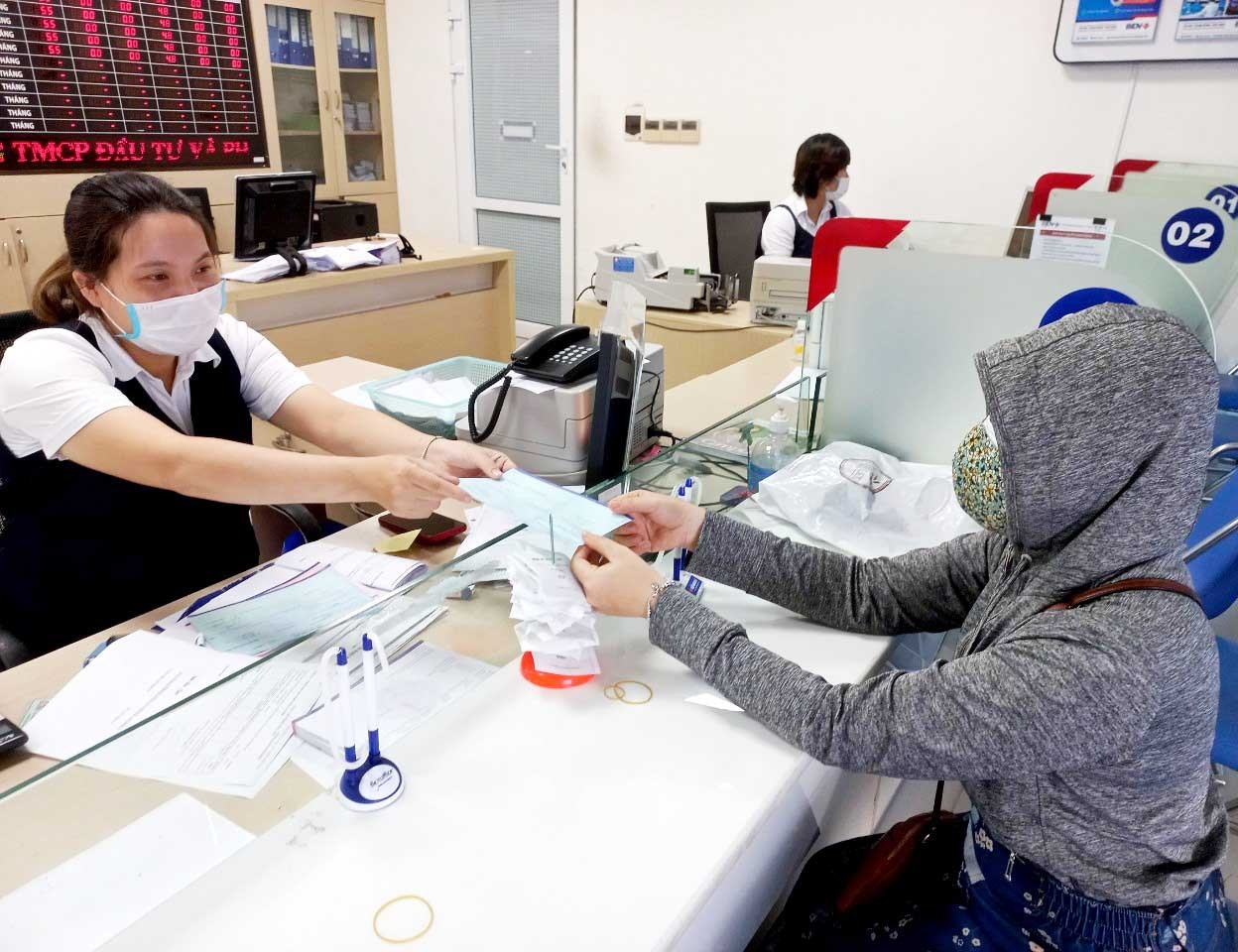 BIDV Quảng Nam giải ngân vốn vay ưu đãi đến nhân viên ngành y tại TP.Tam Kỳ. Ảnh: NGUYỄN QUANG