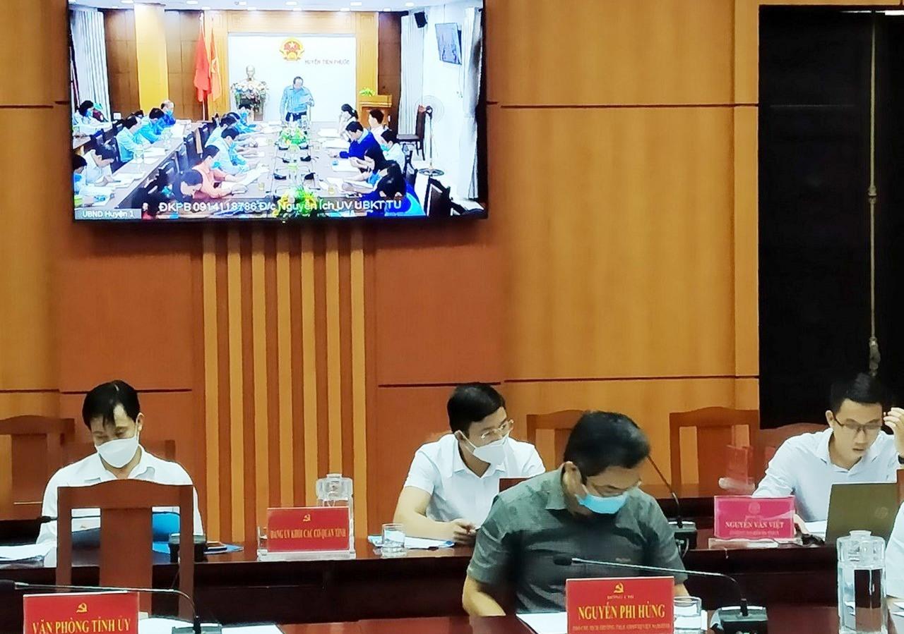 Thường trực cấp ủy huyện thảo luận, góp ý vào nội dung đề án của UBKT Tỉnh ủy. Ảnh: N.Đ