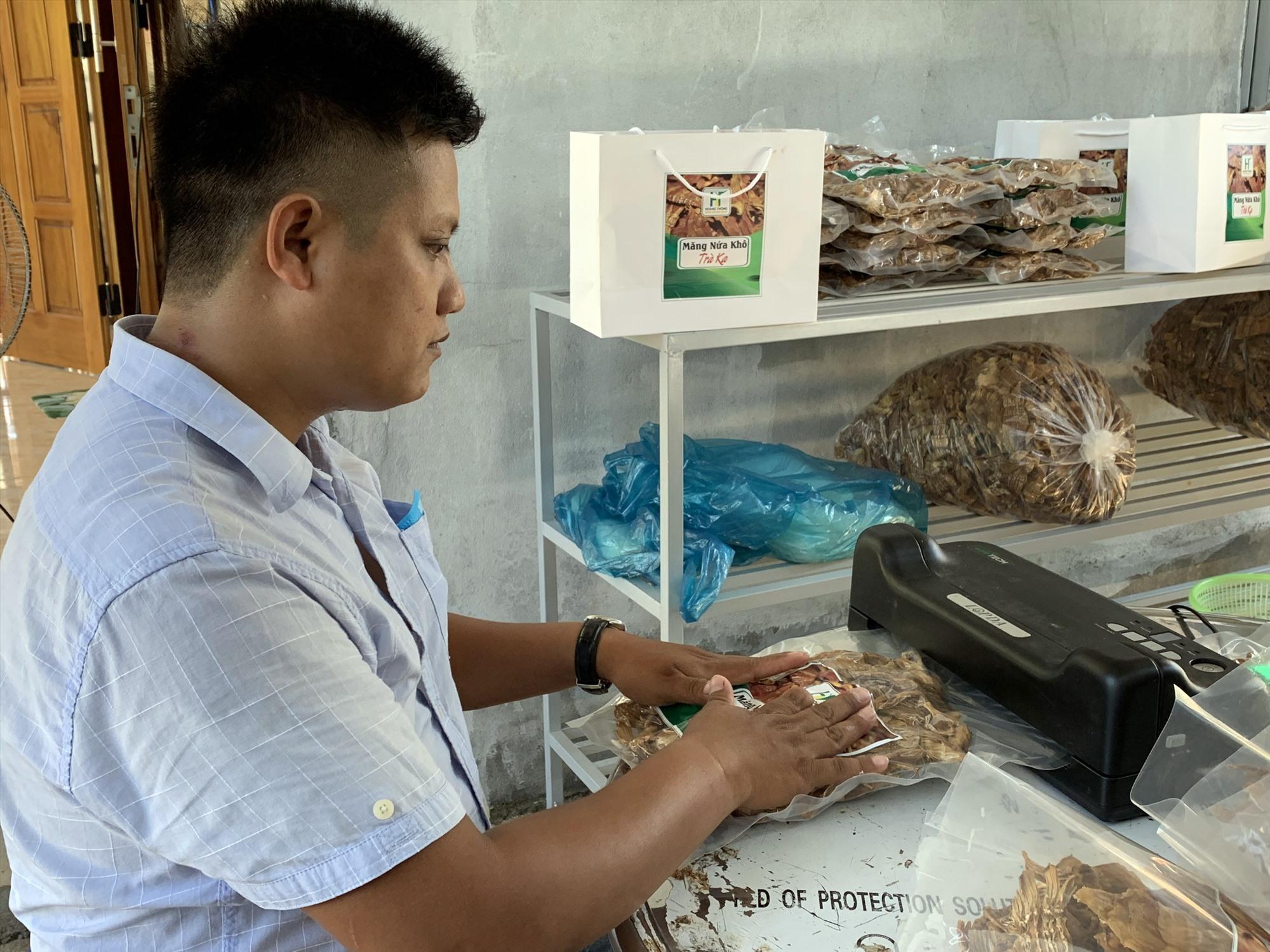 Ông Nguyễn Hoàng Thông tại cơ sở chế biến măng nứa khô Trà Ka.