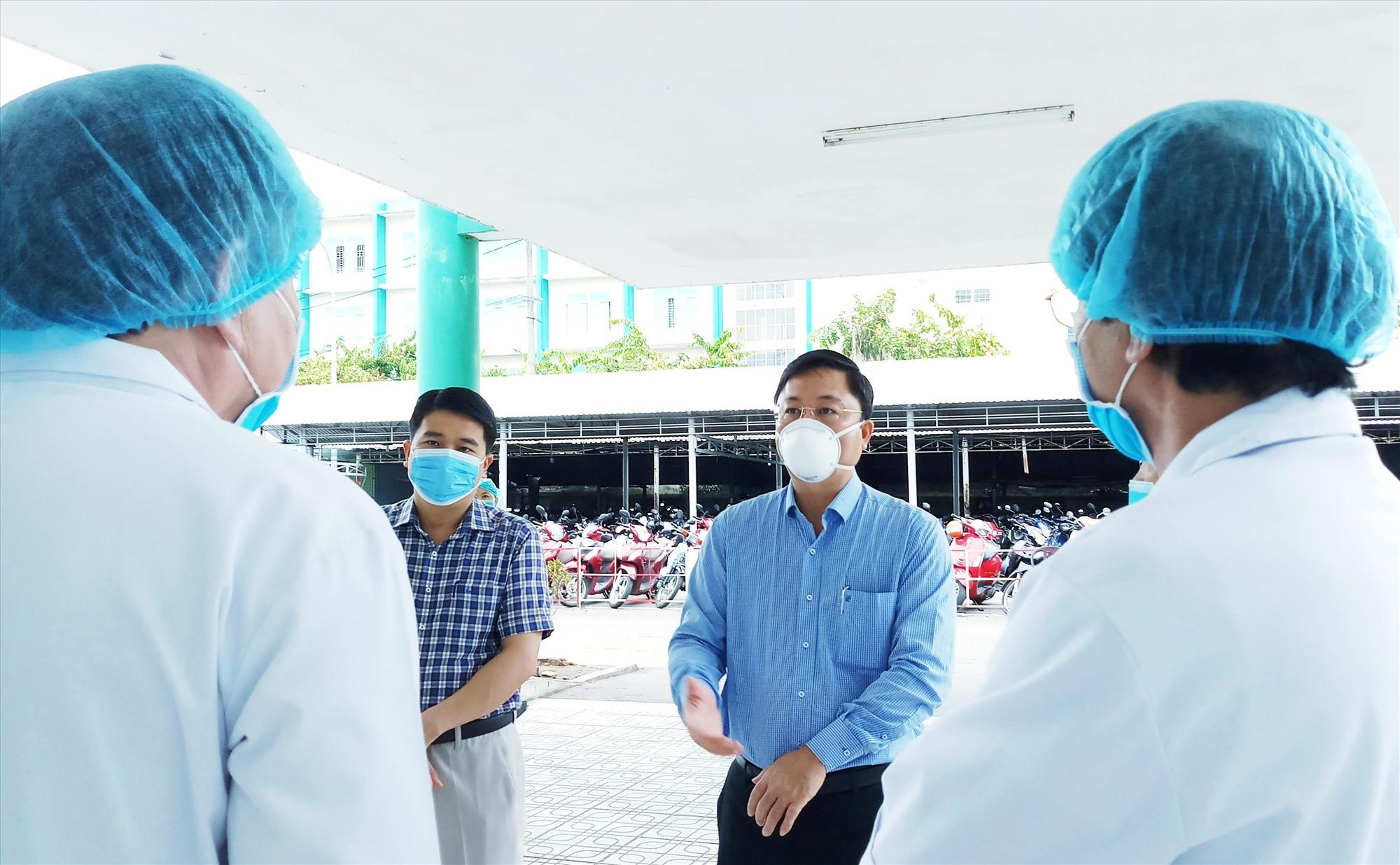 Chủ tịch UBND tỉnh Lê Trí Thanh một đợt kiểm tra phòng chống dịch Covid-19 tại Bệnh viện đa khoa Quảng Nam. Ảnh: A.N
