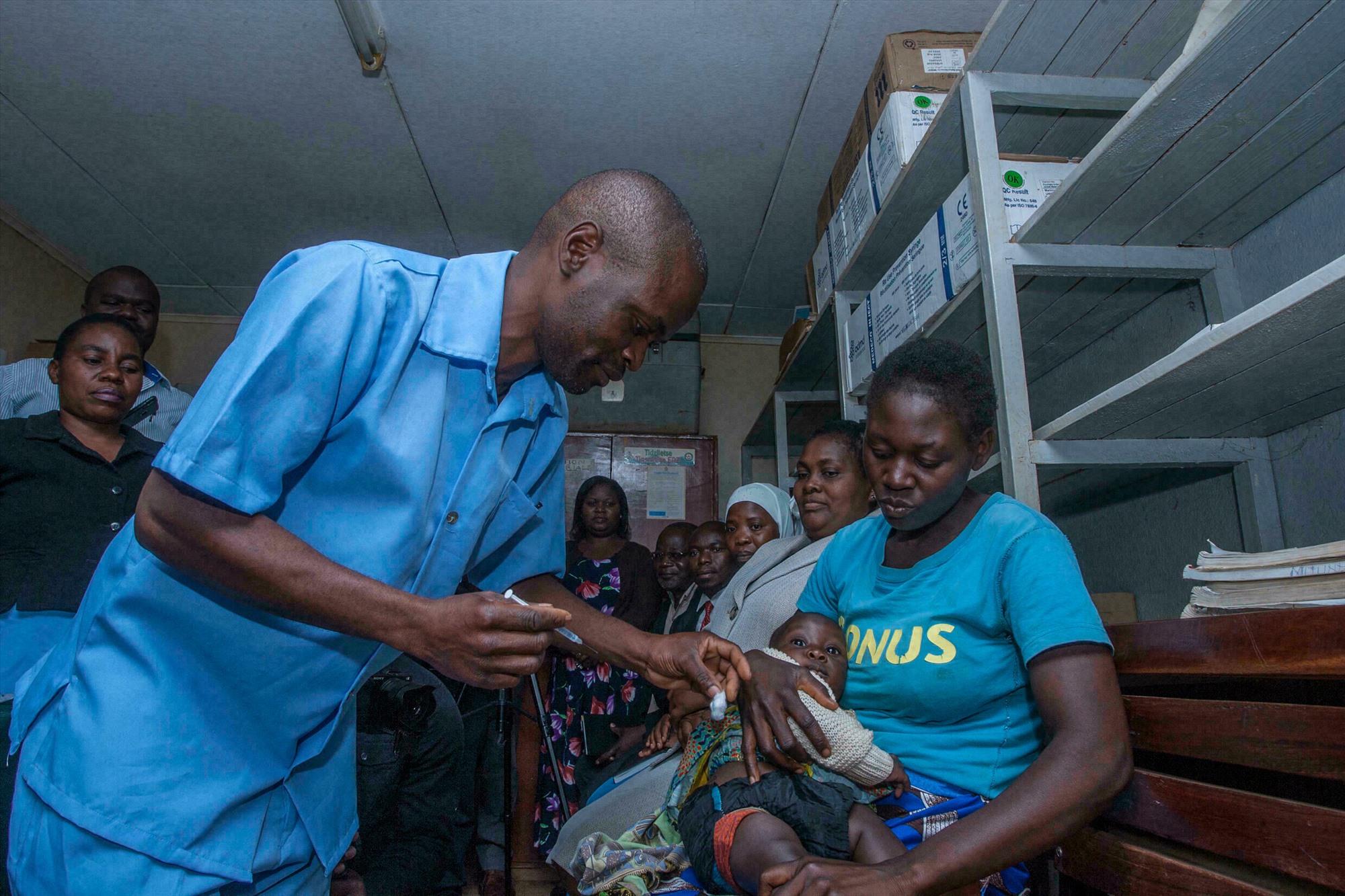 Một nhân viên y tế tiêm vắc-xin Sốt rét cho một đứa trẻ ở Lilongwe, Malawi