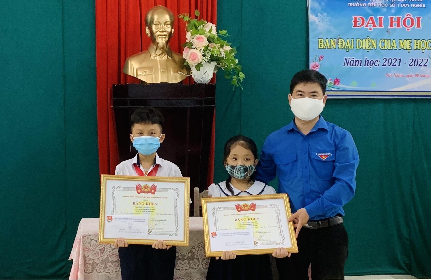 Khen thưởng 2 em học sinh trường TH số 1 Duy Nghĩa vì đã tham gia tốt cuộc thi Việt Nam - Cuba thắm tình hữu nghị. Ảnh: THU VU