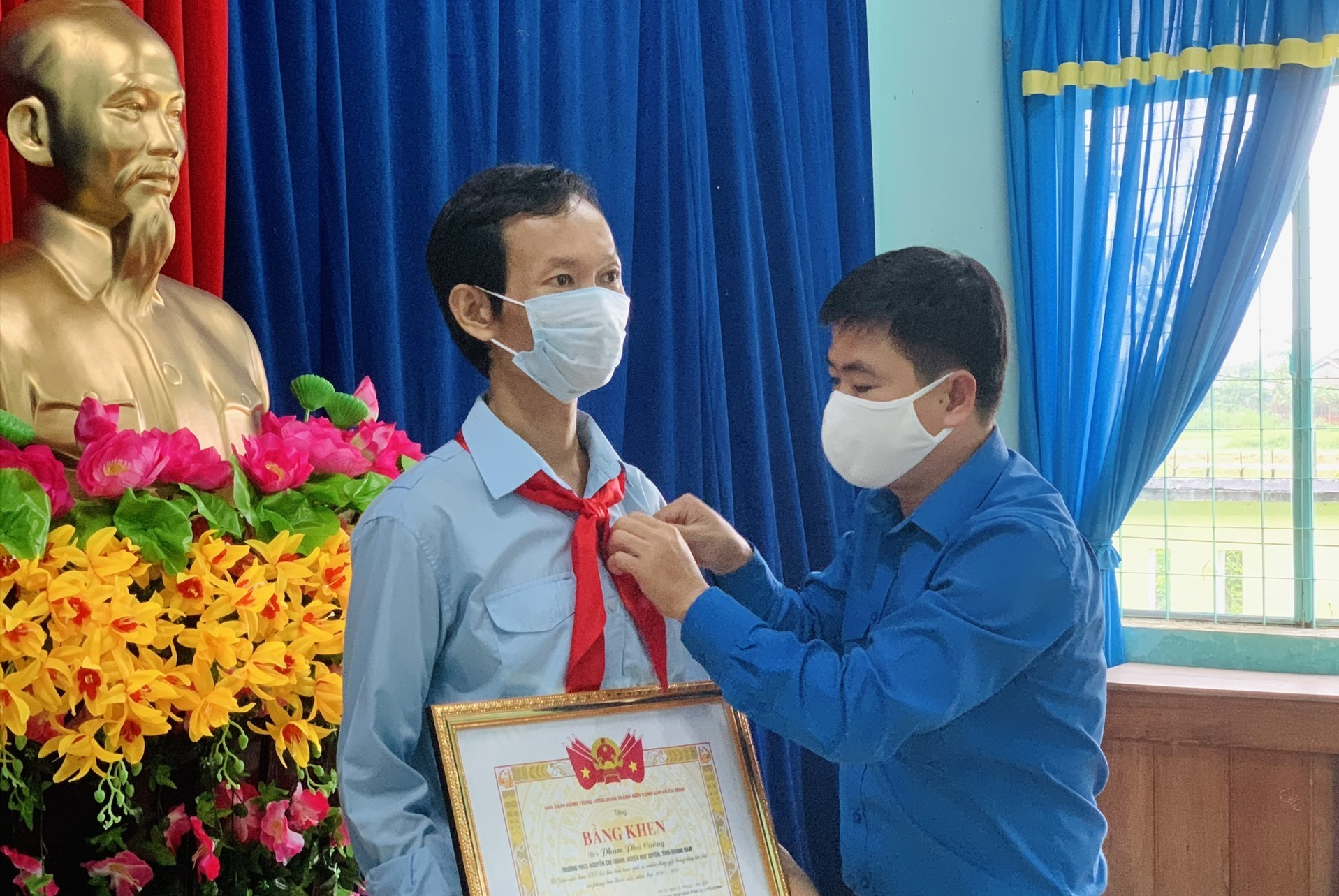 Anh Lê Quang Quỳnh tặng bằng khen của Trung ương Đoàn cho anh Phạm Phú Cường. Ảnh: THU VUI