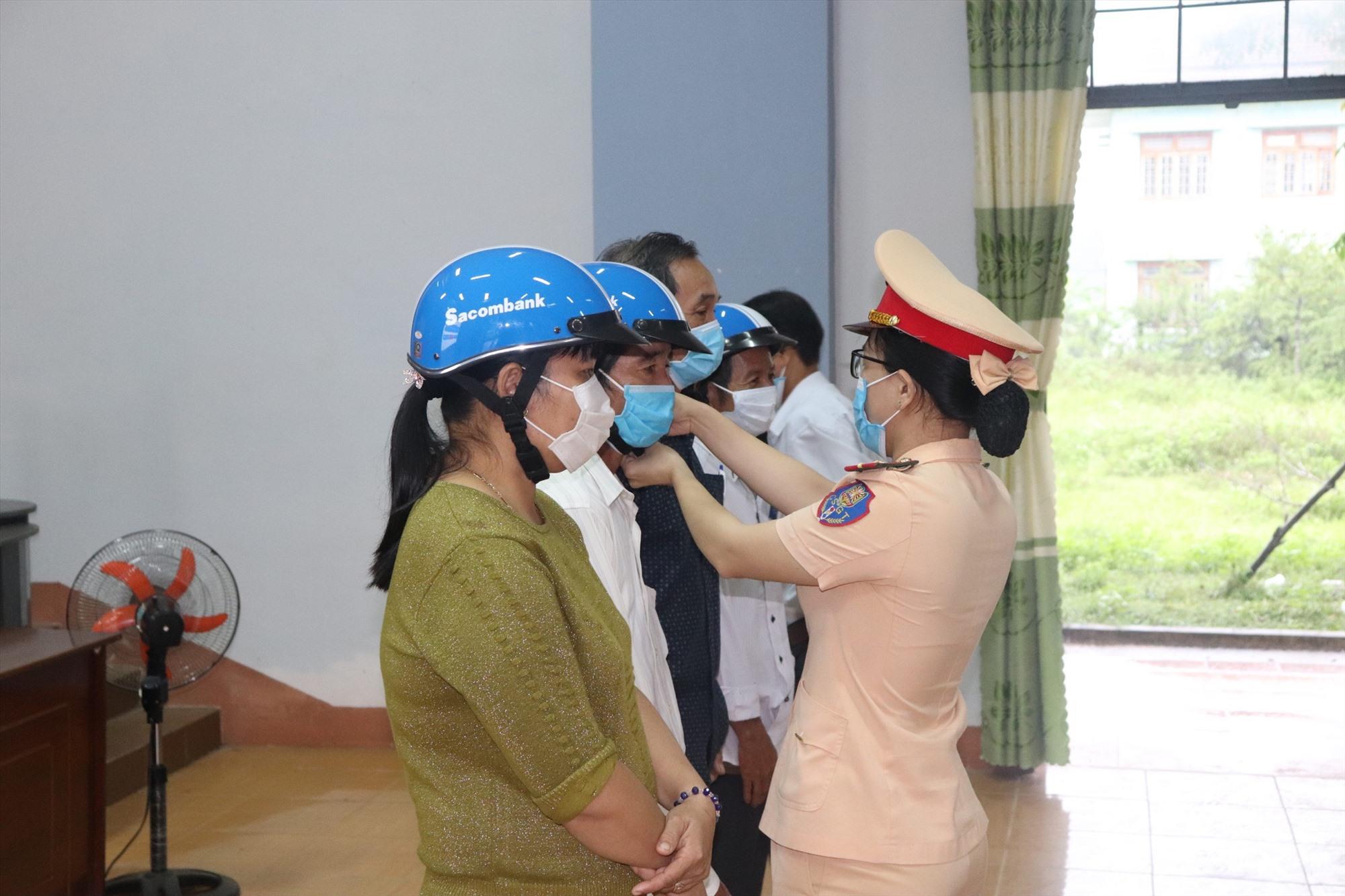 Tặng mũ bảo hiểm đạt chuẩn cho các hội viên. Ảnh: T.C