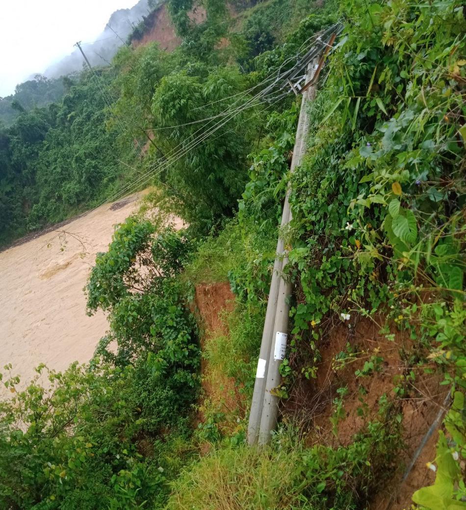 Cột điện tại thôn ABanh II bị ngã đổ do sạt lở đất. Ảnh: ĐLĐG