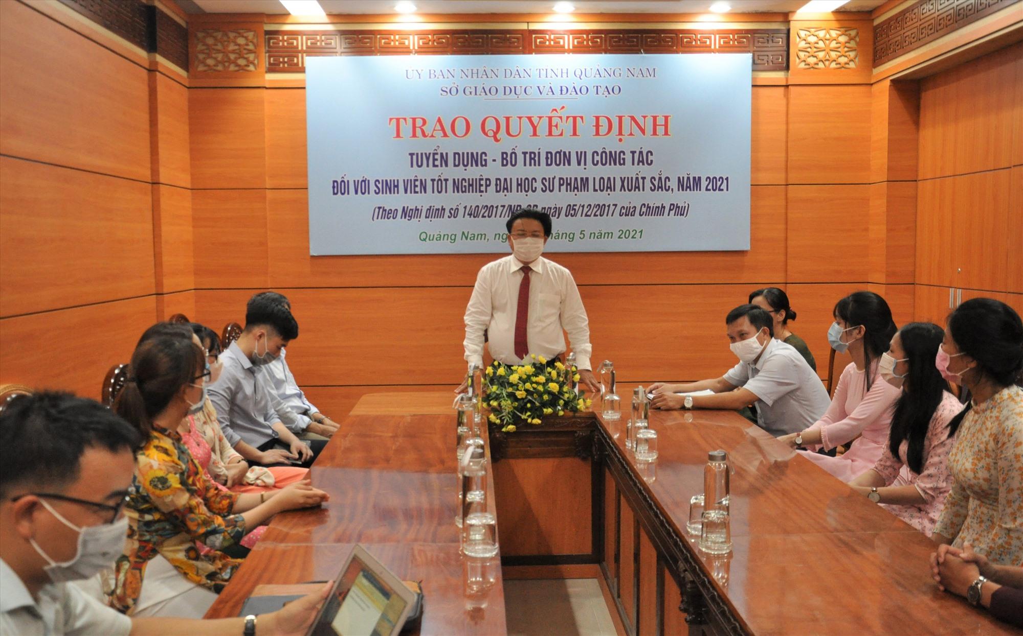 Sở GD-ĐT trao quyết định tuyển dụng và bố trí công tác GV năm 2021. Ảnh: X.P