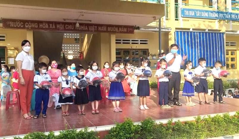 Cửa hàng Yamaha Thịnh Toàn (thị trấn Ái Nghĩa, Đại Lộc) tặng mũ bảo hiểm cho học sinh khó khăn Trường Tiểu học Hứa Tạo năm học 2021 - 2022. Ảnh: K.K
