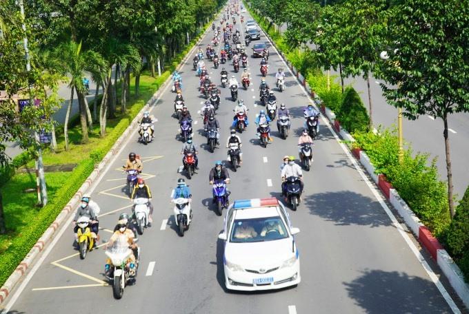 Cảnh sát giao thông Đồng Nai dẫn đoàn người về quê