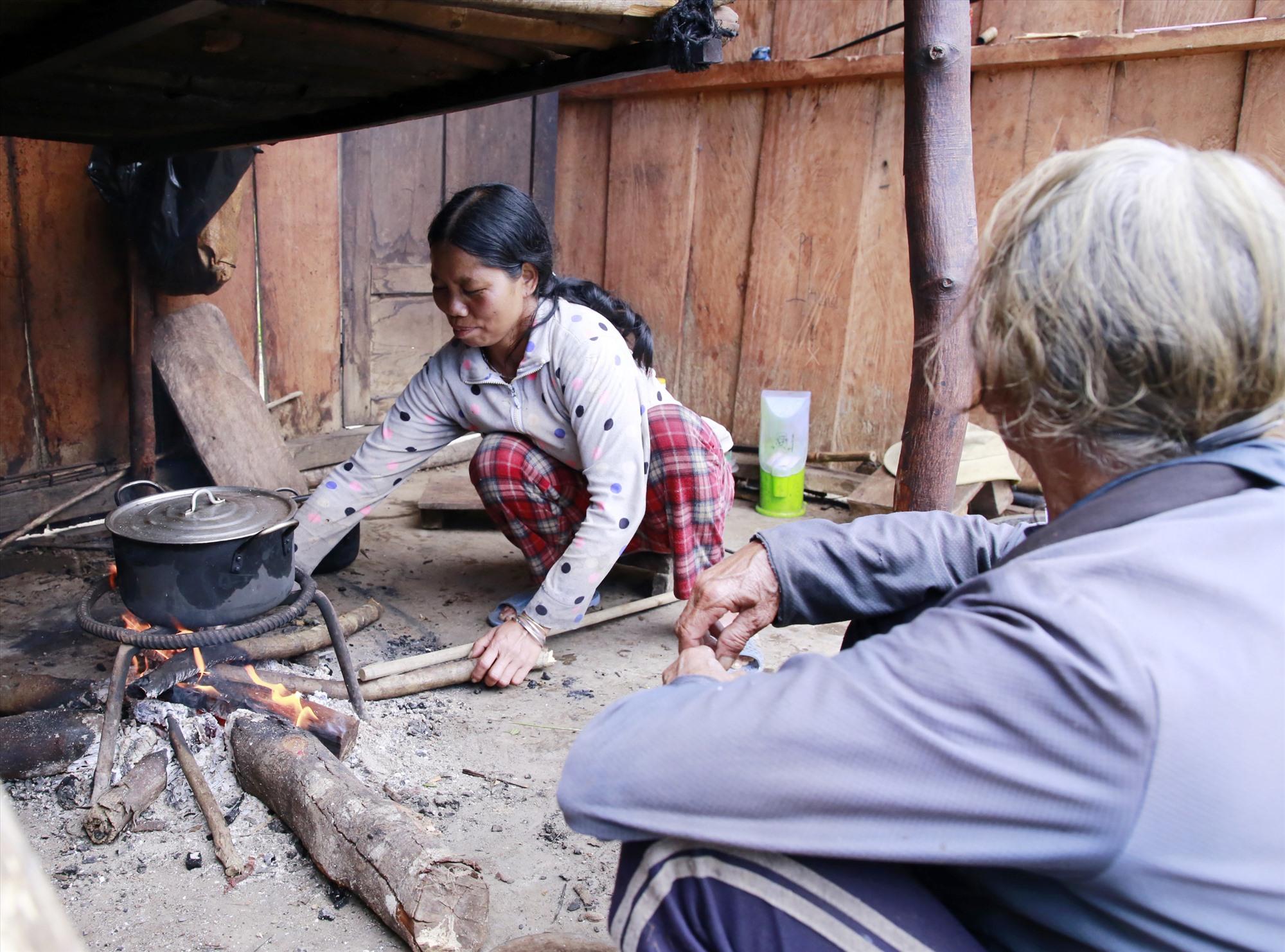 Bữa cơm cuối cùng của gia đình ông Hồ Văn Vẽ trên ngôi làng cũ. Ảnh: T.C