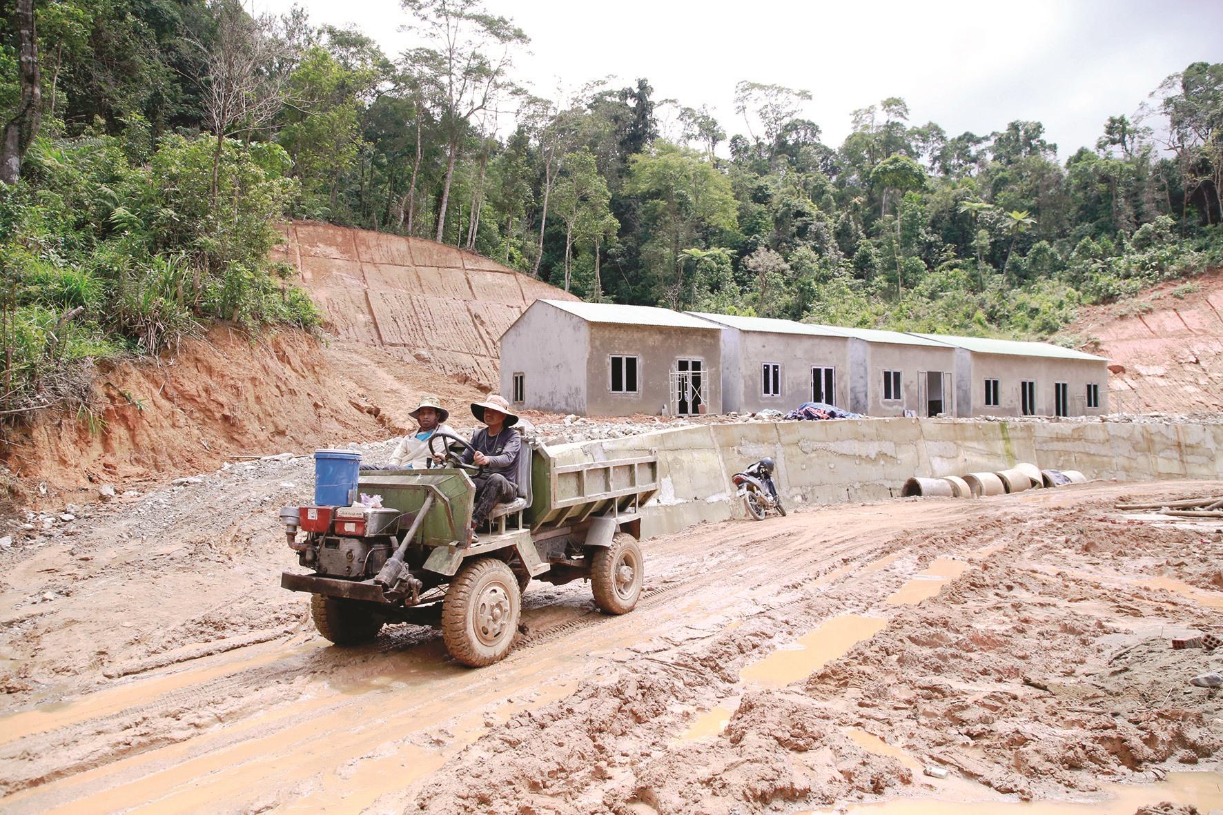 Những căn nhà xây mới hoàn thành, đón người dân vào ở trước mùa mưa lũ. Ảnh: T.C