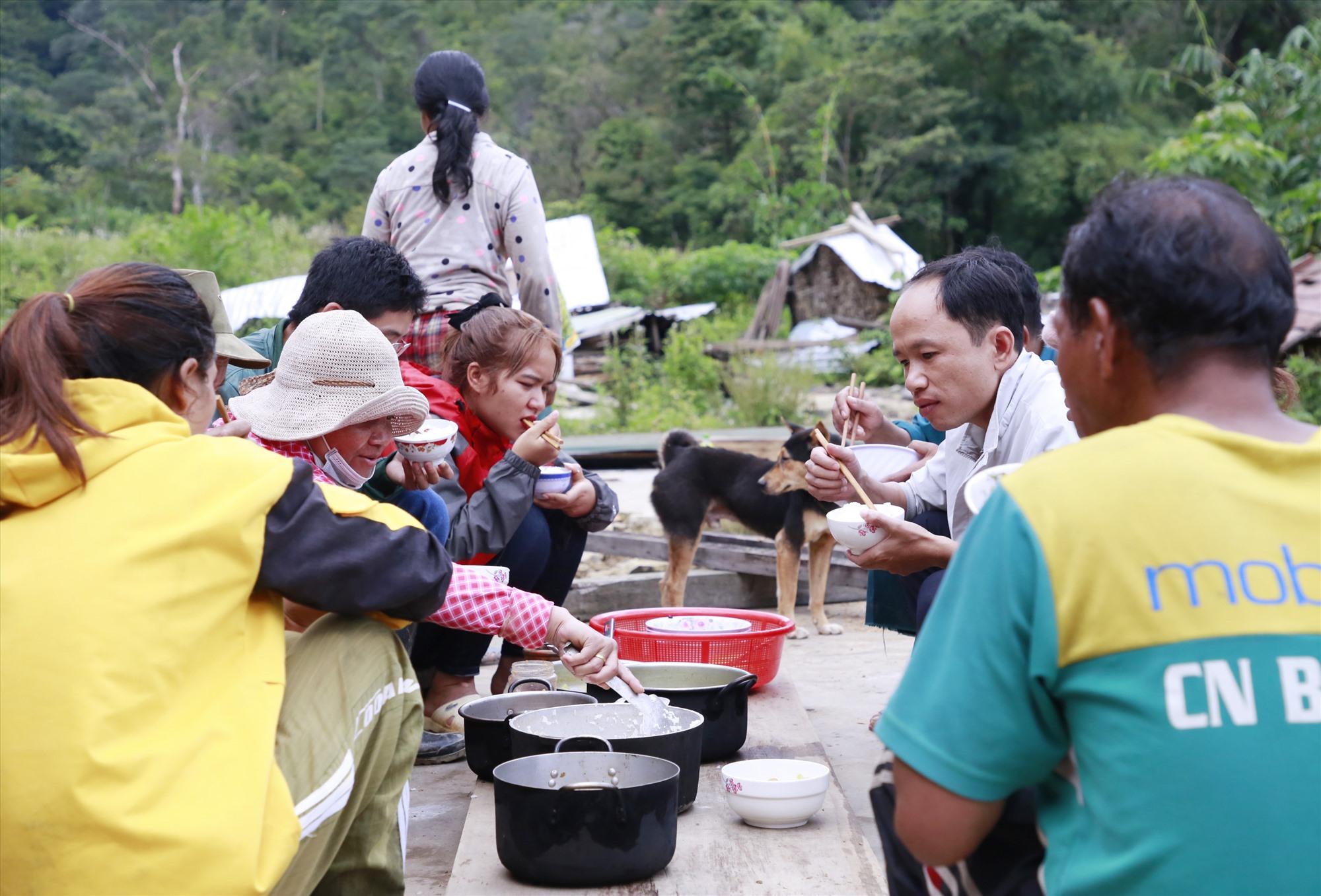 Ông Lưu Huyền Thoại - Chủ tịch UBND xã Phước Lộc trò chuyện với bà con trong bữa cơm nơi làng cũ. Ảnh: T.C