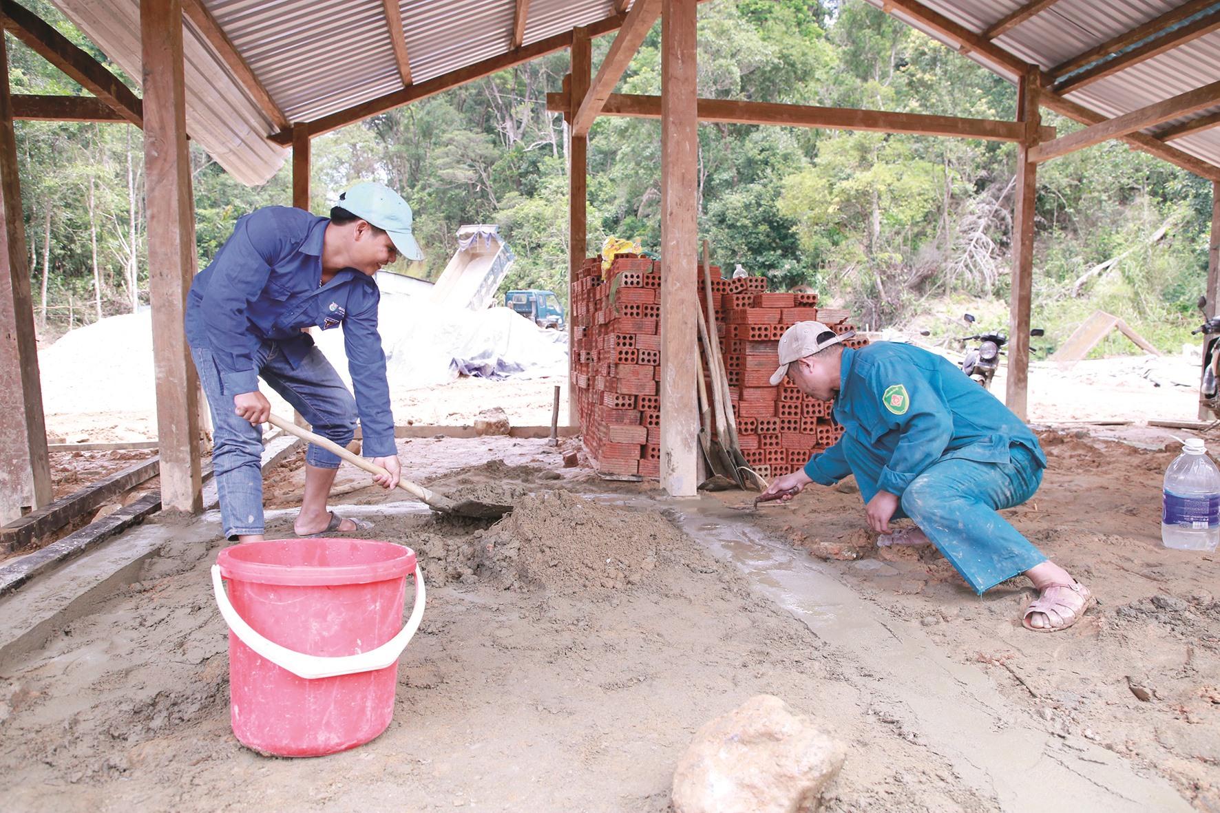 Cán bộ xã được huy động vào giúp dân thôn 6 xã Phước Lộc, Phước Sơn dựng lại nhà mới. Ảnh: T.C
