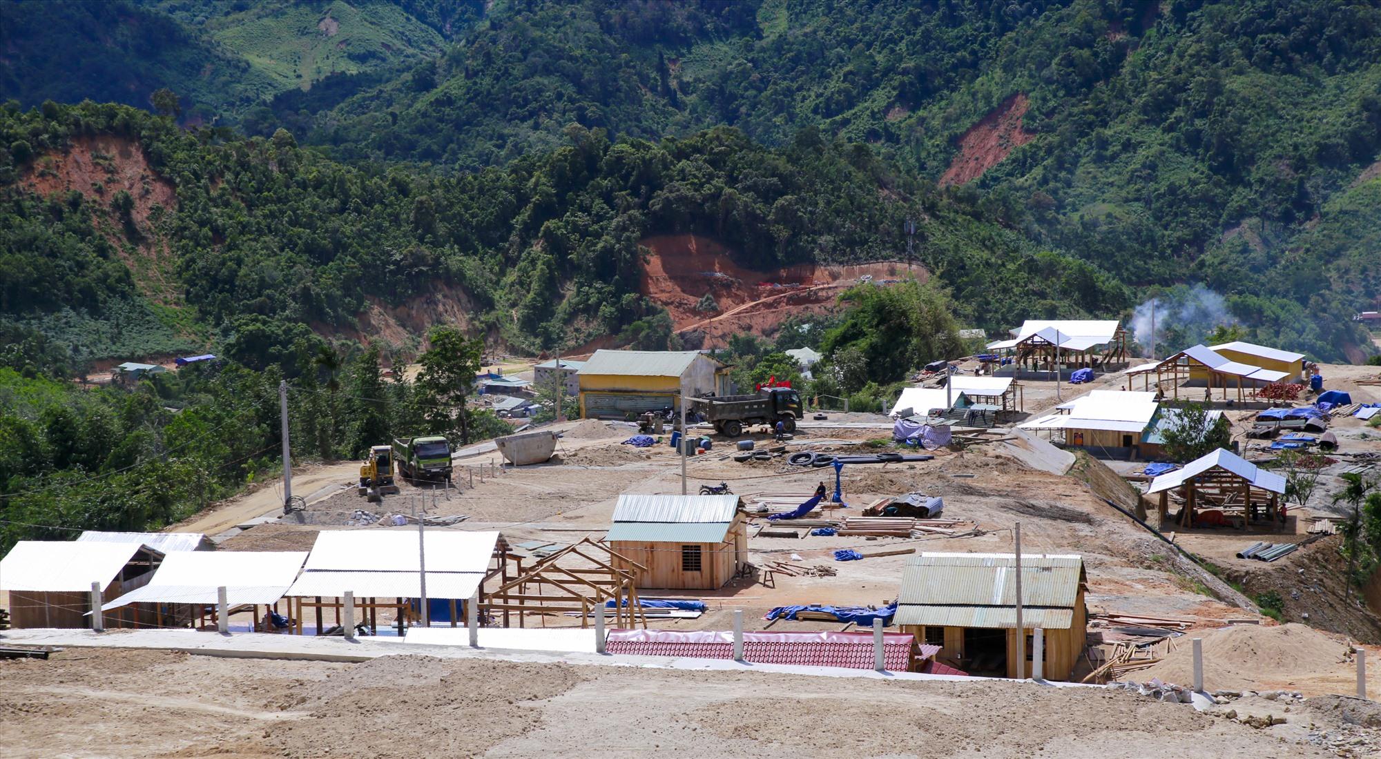 Các khu tái định cư tại Phước Sơn sớm được hoàn thành, tạo điều kiện người dân vào ở trước mùa mưa lũ 2021 theo tiến độ được giao. Ảnh: T.C