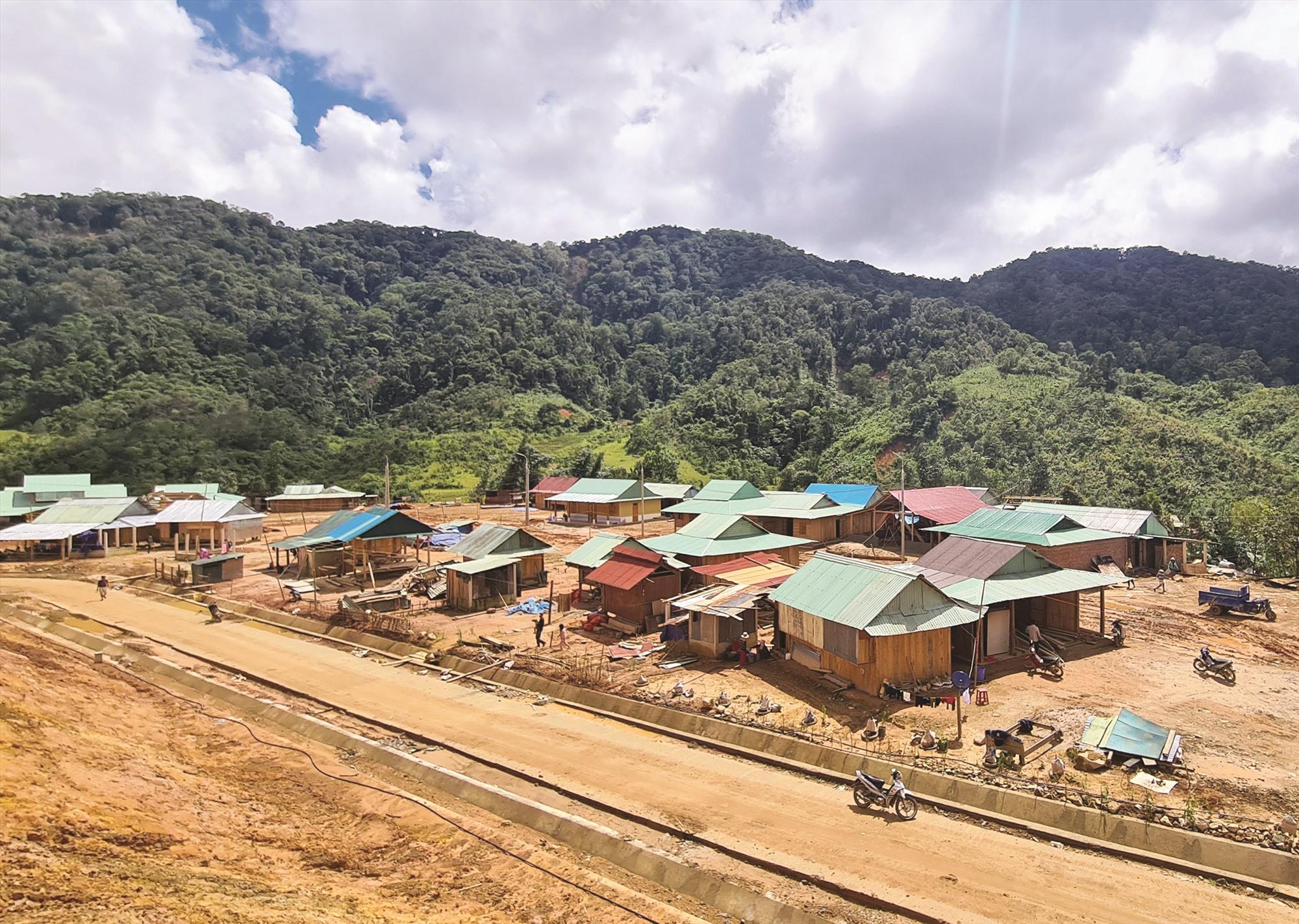 Sau thiên tai, người dân thôn Ga'nil (xã A Xan, Tây Giang) đang dần hoàn thiện nhà ở trên mặt bằng định cư mới. Ảnh: ALĂNG NGƯỚC