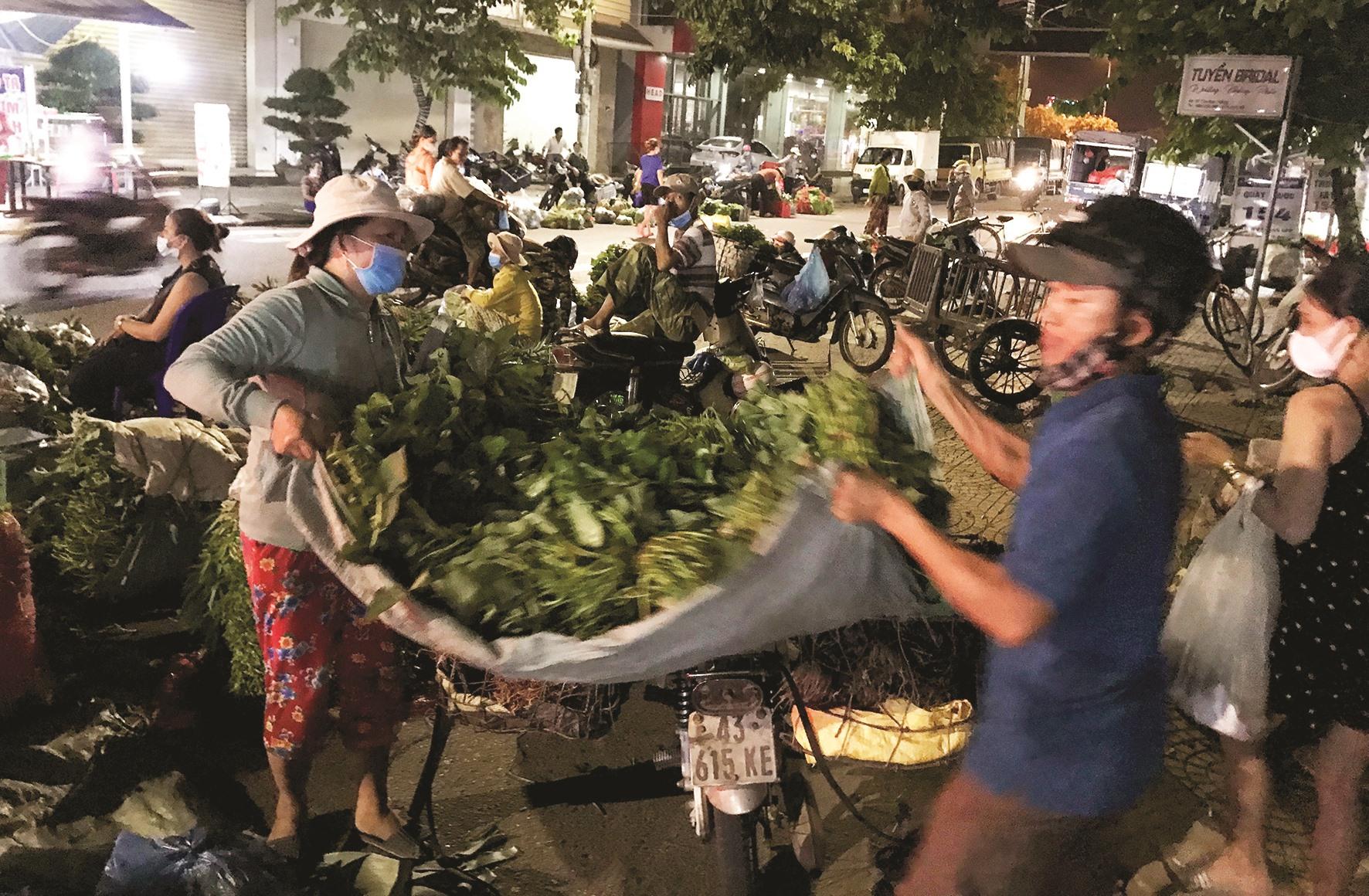 Một góc chợ dành cho bà con nông dân bán rau tự sản xuất.