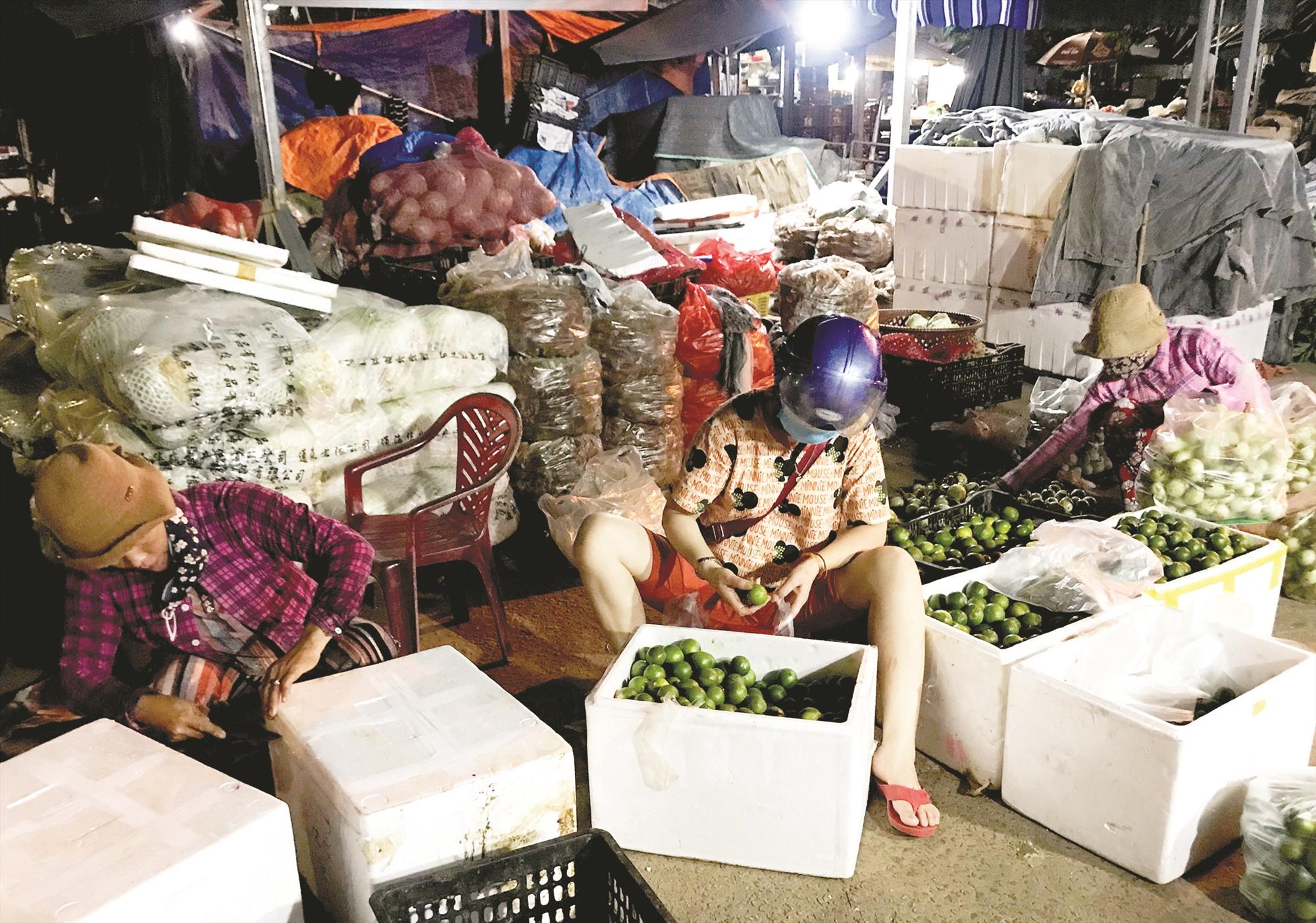 Những người làm công chia hàng cho bà Diệu, mỗi đêm kiếm hơn 300 nghìn đồng.