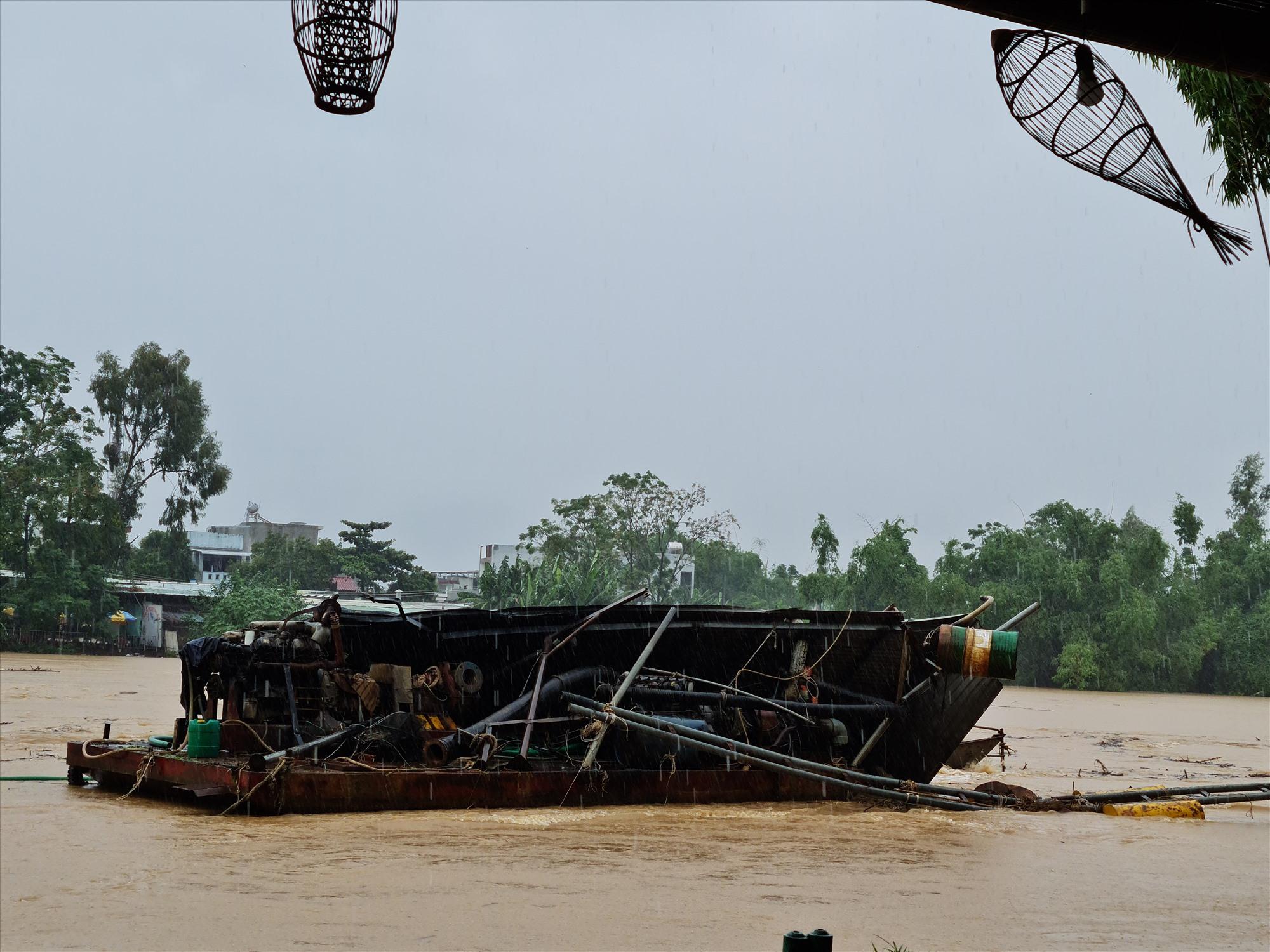 Một xà lan bị bứt neo trôi giữa dòng xoáy, đoạn sông Vu Gia qua Ái Nghĩa, Đại Lộc. Ảnh: TR.NHAN