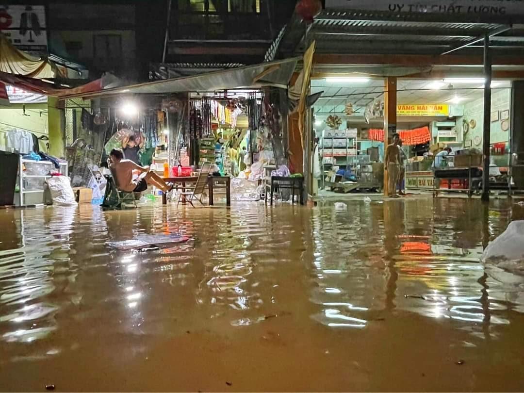 Nước sông dâng cao khiến chợ Hà Tân (Đại Lãnh) bị ngập cục bộ. Ảnh: TR.NHAN