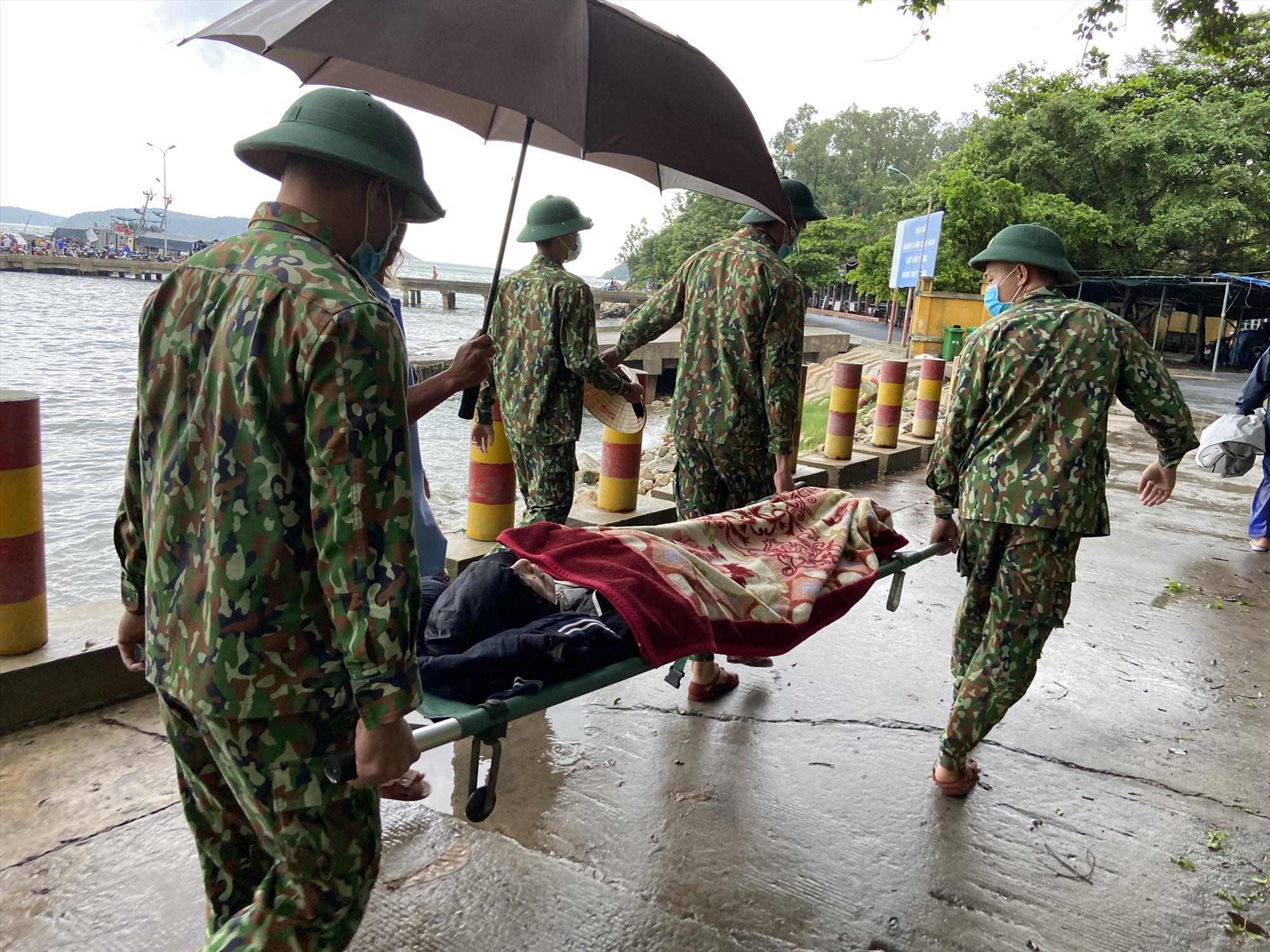 Đồn Biên phòng Cù Lao Chàm đưa người dân lên tàu SAR 274 để vào đất liền cấp cứu. Ảnh: HỒNG ANH