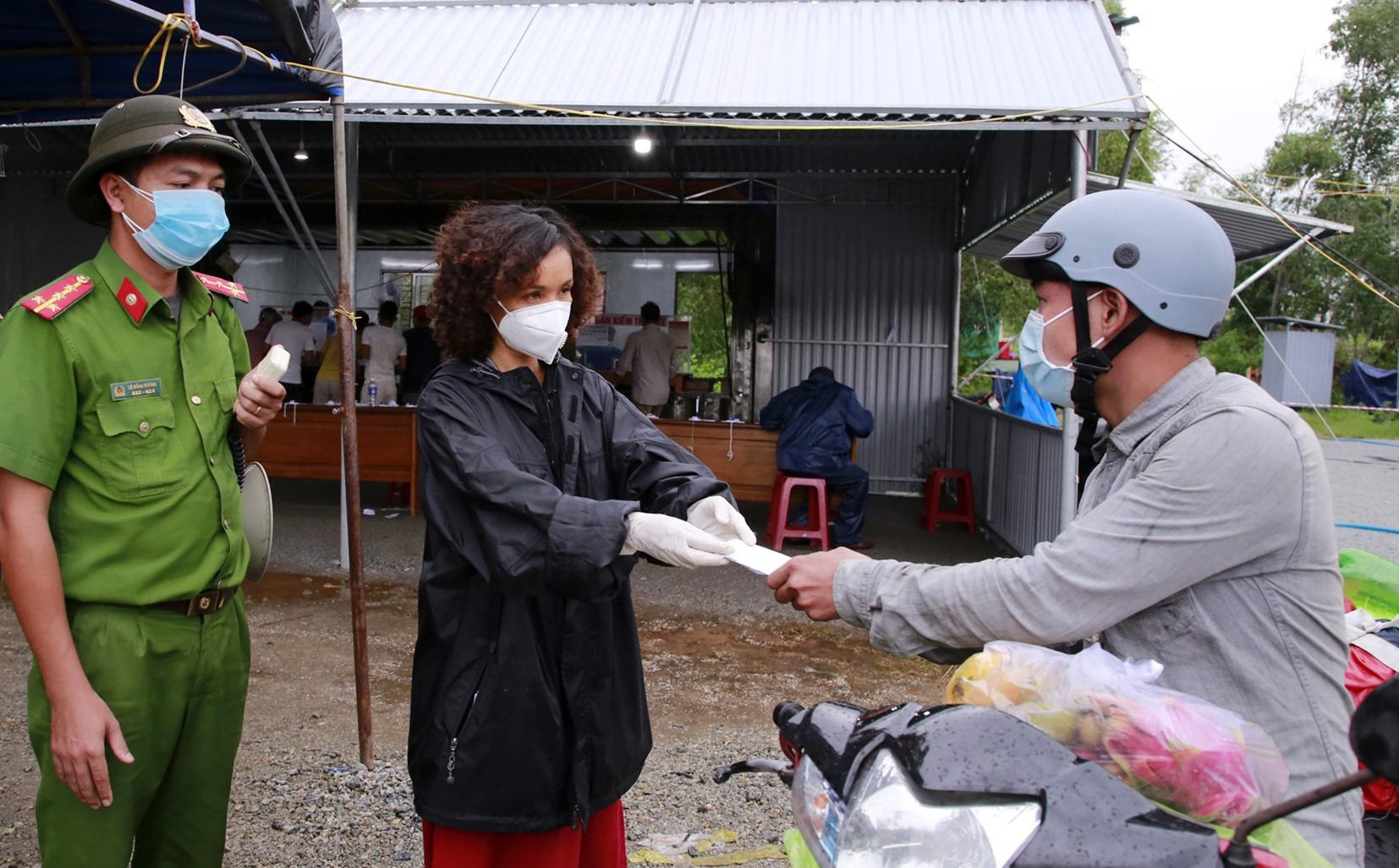 Bà Lương Thúy Hà thăm hỏi, tặng tiền cho bà con về quê từ các tỉnh phía Nam tại chốt kiểm soát phòng chống dịch Dốc Sỏi. Ảnh: T.C