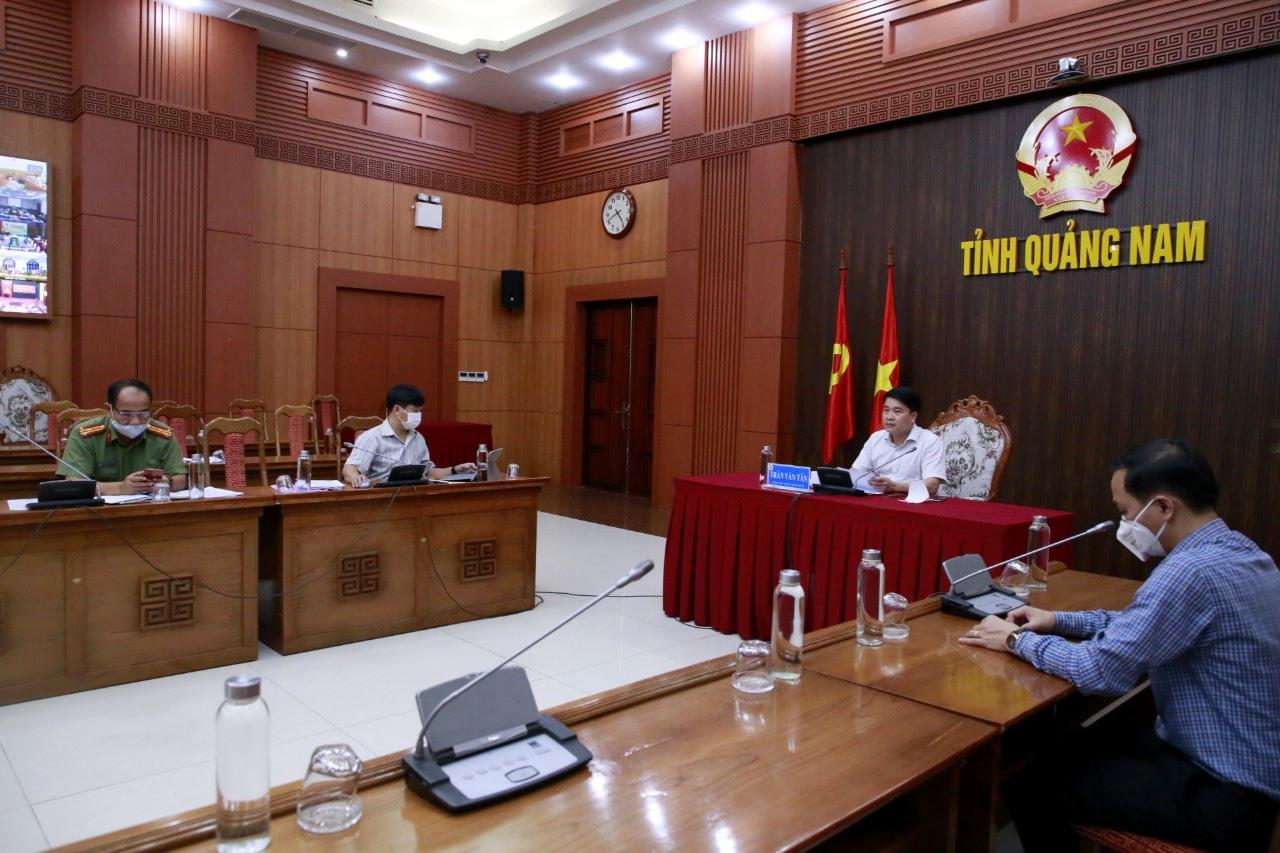 Phó Chủ tịch UBND tỉnh Trần Văn Tân chủ trì điểm cầu tại UBND tỉnh. Ảnh: T.C