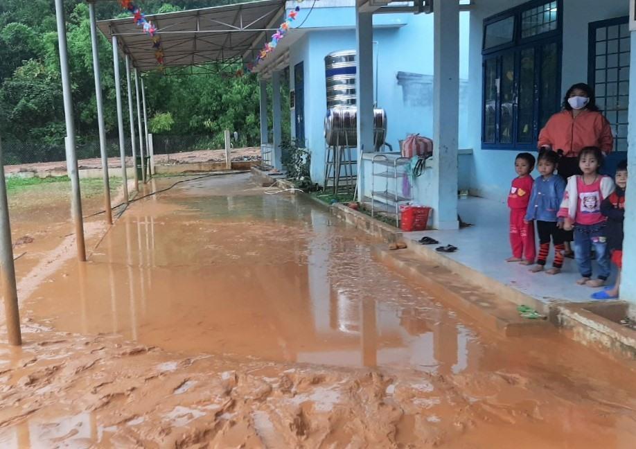 Một điểm trường mầm non tại Tây Giang bị nước lũ kèm bùn đất tràn xuống sân nền. Ảnh: Đ.N