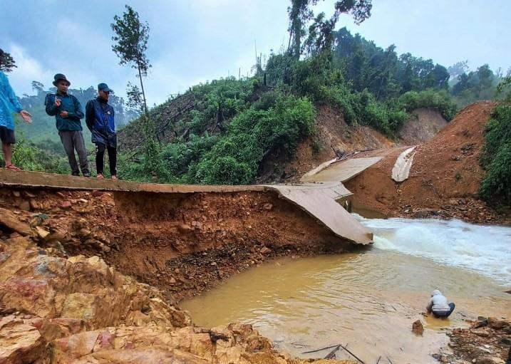 Tuyến đường đến khu đất sản xuất Bhà Lừa (xã Lăng) bị lũ gây xói lở nghiêm trọng. Ảnh: Đ.N