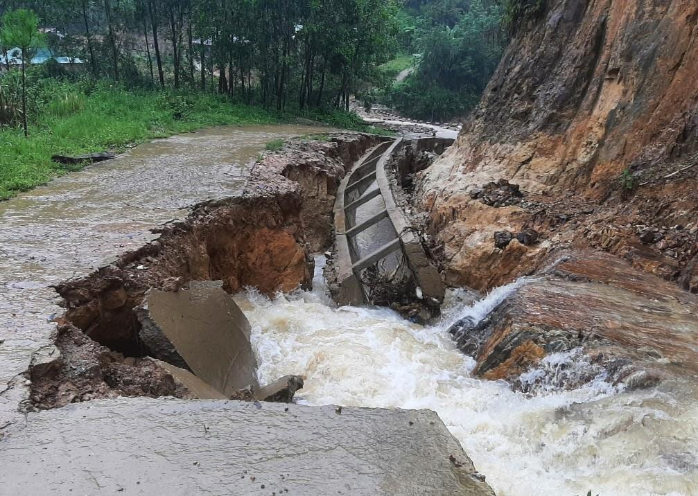 Đường bê tông và hệ thống thoát nước bị xói lở sau mưa lũ. Ảnh: Đ.N