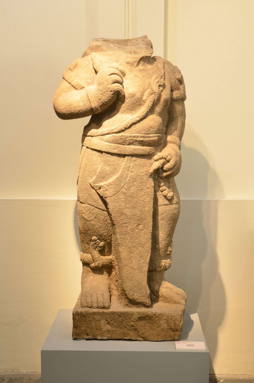 Tượng Bhima hiện trưng bày tại Bảo tàng Điêu khắc Chăm Đà Nẵng. Ảnh: T.K.P