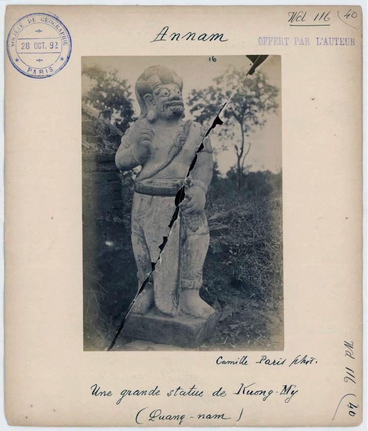 Tượng Bhima chụp bởi Camille Paris tại di tích Khương Mỹ. ảnh: EFEO